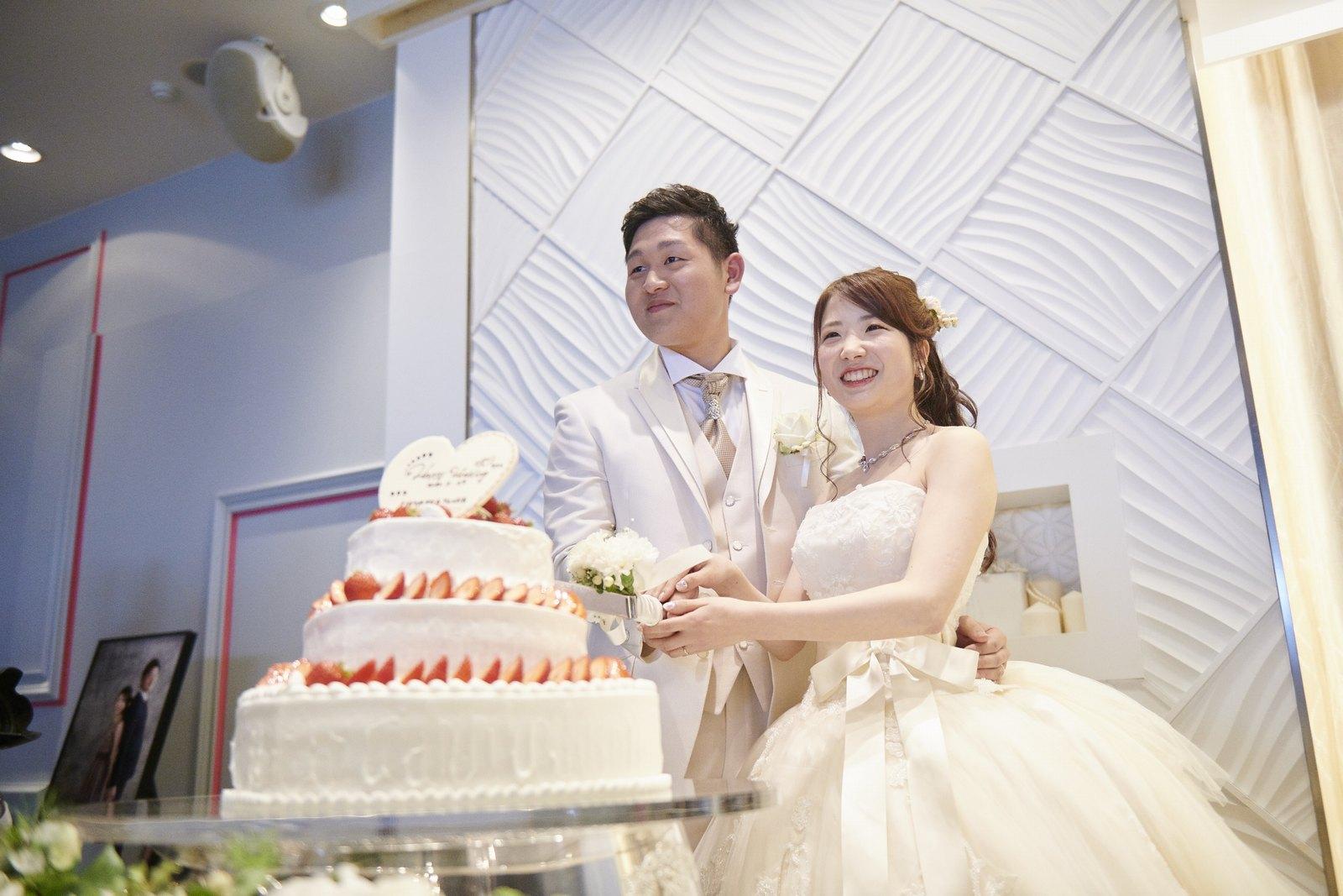 徳島市の結婚式場ブランアンジュでウエディングケーキ入刀をする新郎新婦様