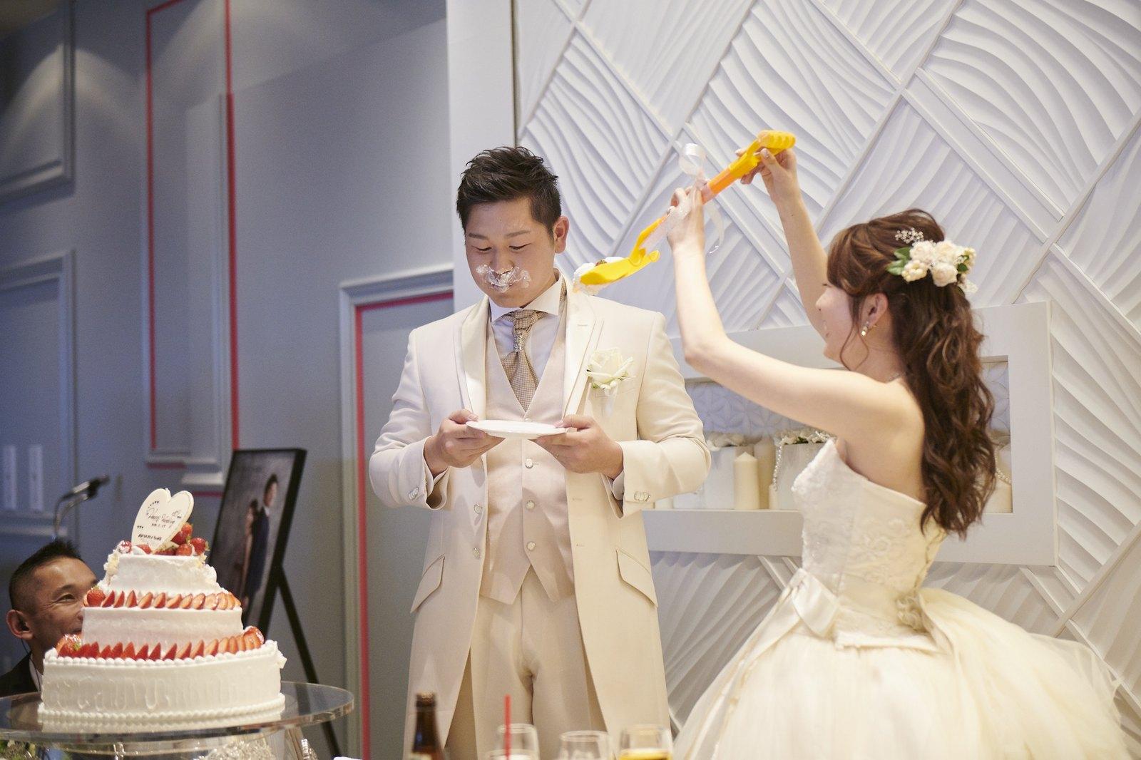 徳島市の結婚式場ブランアンジュでファーストバイトする新郎新婦様