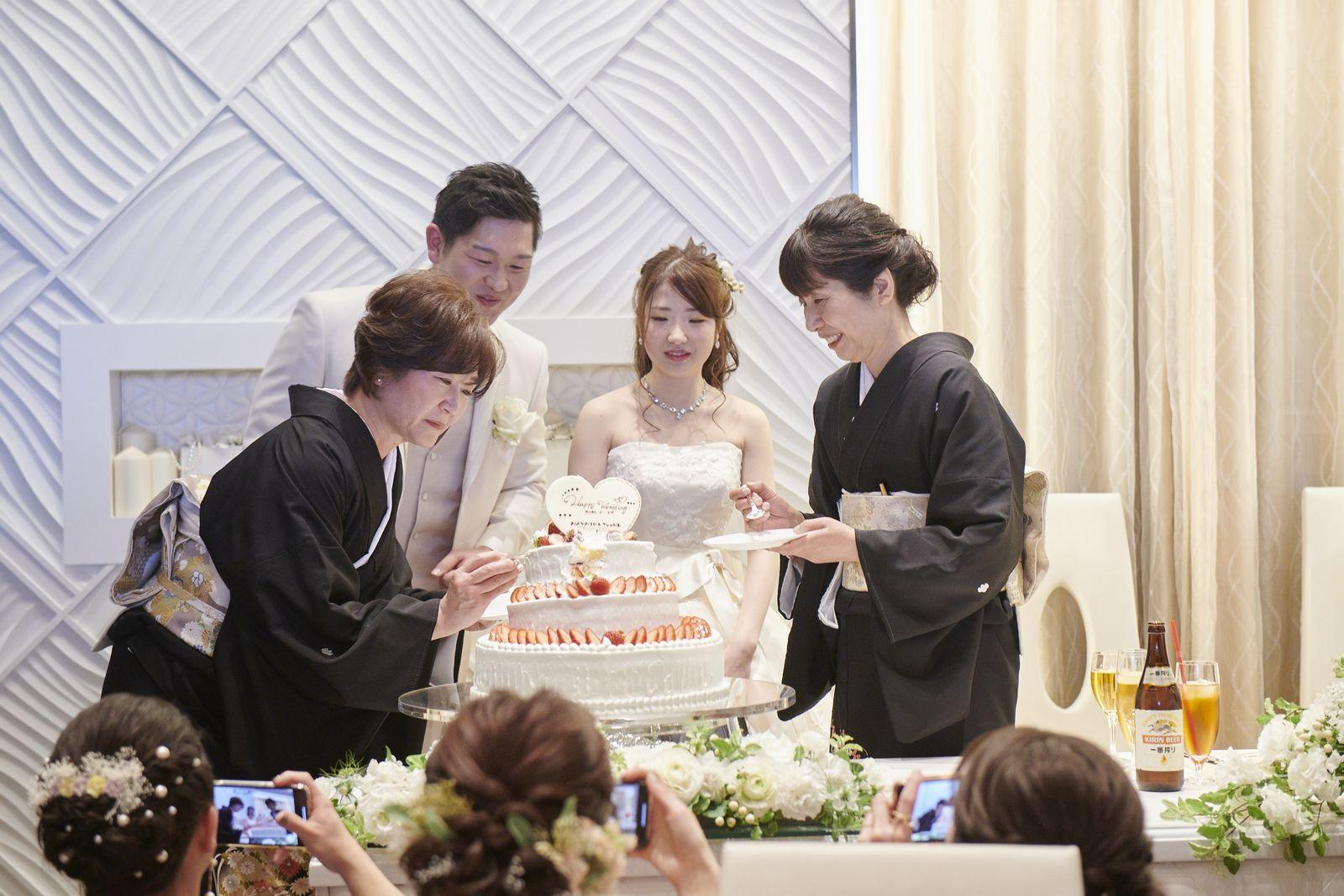 徳島市の結婚式場ブランアンジュでケーキ演出を行う新郎新婦様とお母様