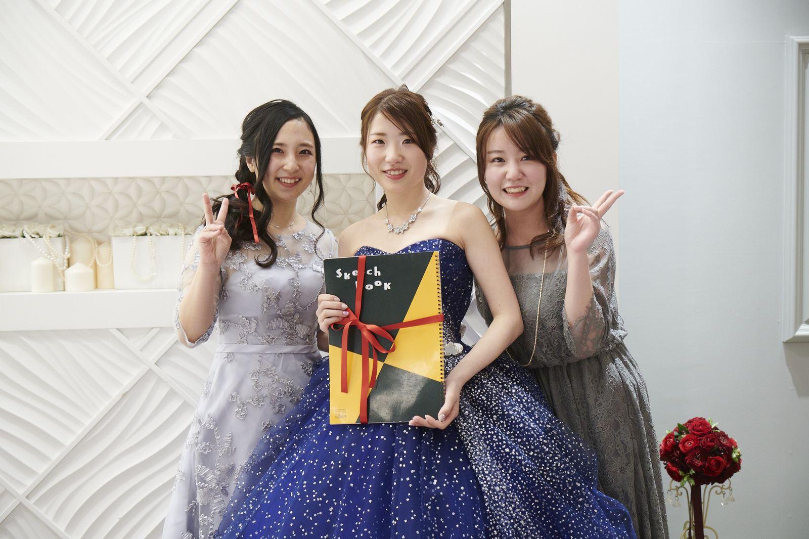 徳島市の結婚式場ブランアンジュでご友人からプレゼントを受け取り笑顔の新婦様