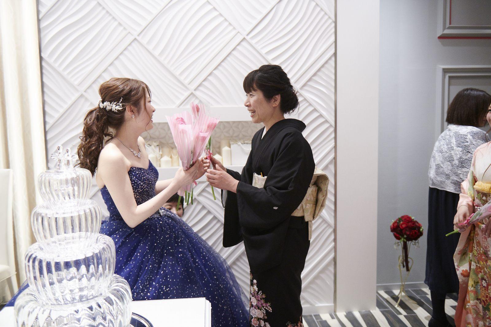 徳島市の結婚式場ブランアンジュでご親族からサプライズプレゼントを贈られた新婦様