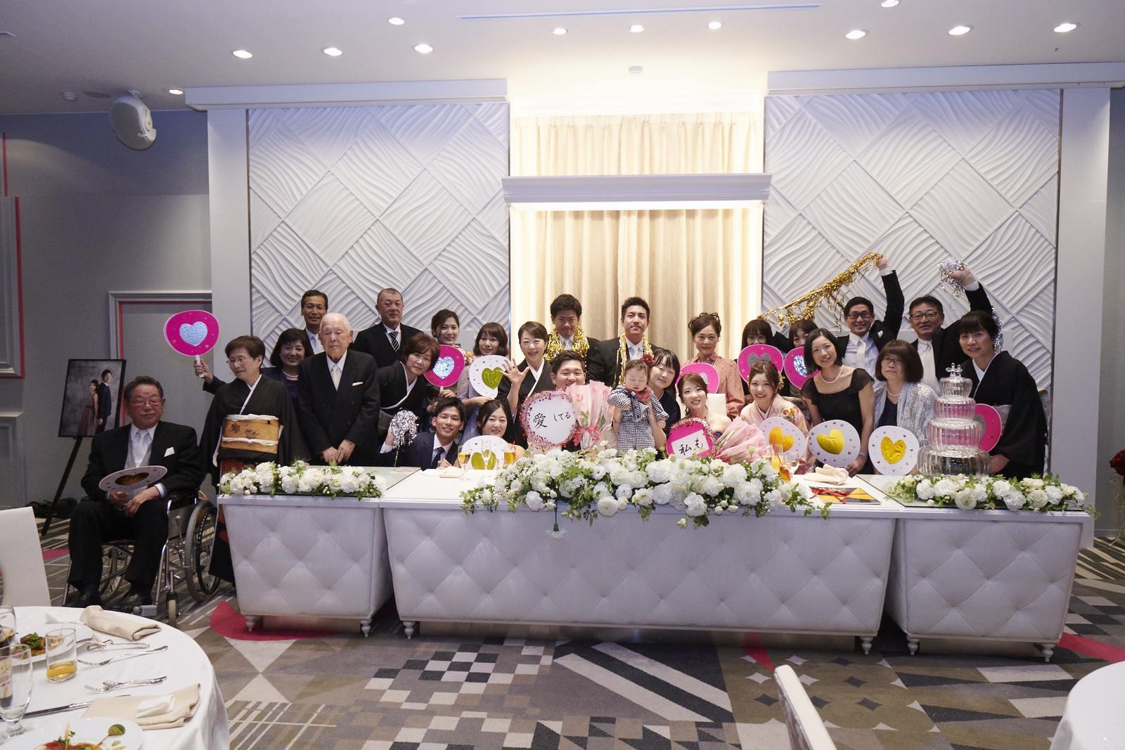 徳島市の結婚式場ブランアンジュでご親族とメインテーブルで楽しく記念写真