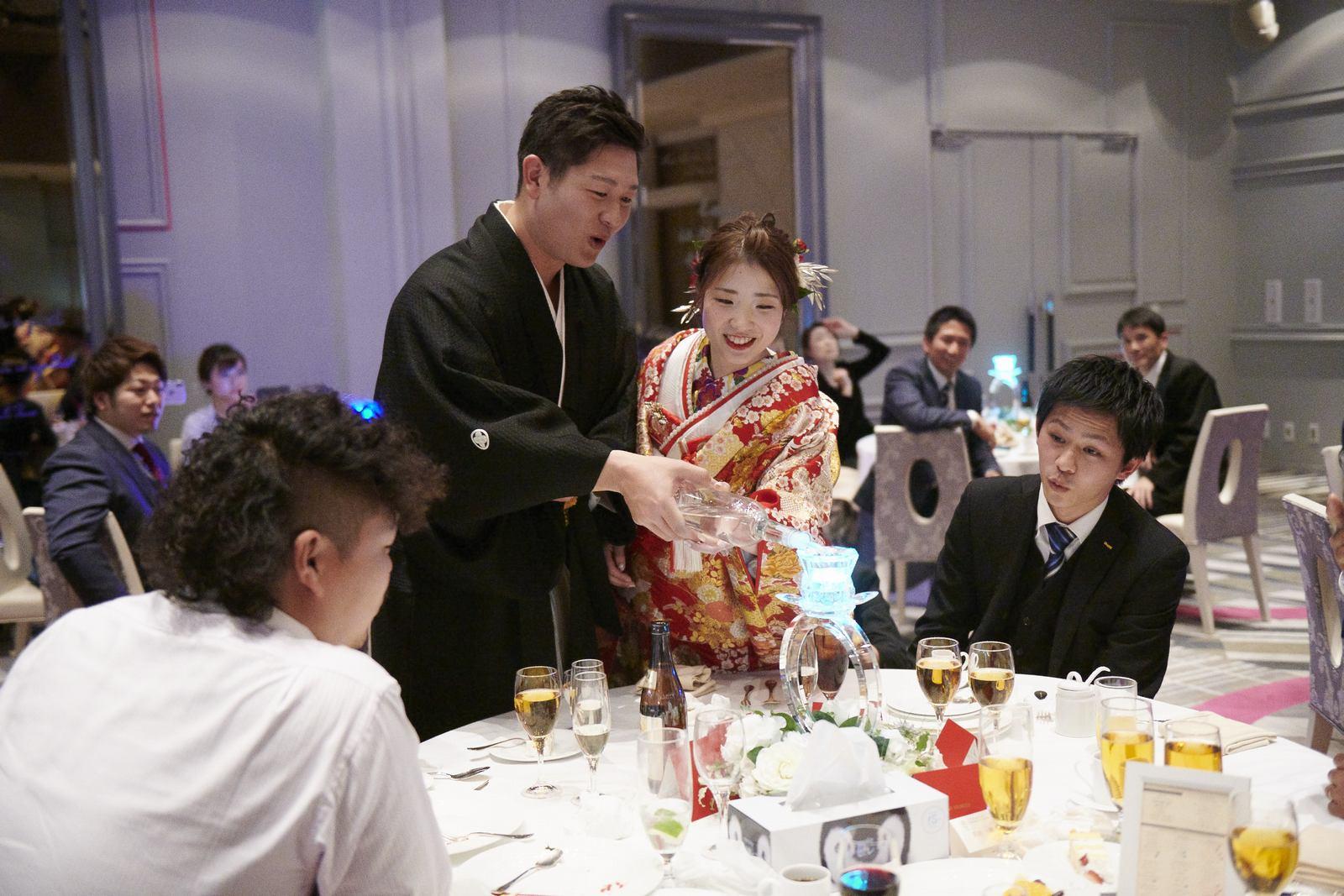 徳島市の結婚式場ブランアンジュで演出スターライトイリュージョンでゲスト卓をまわる新郎新婦様