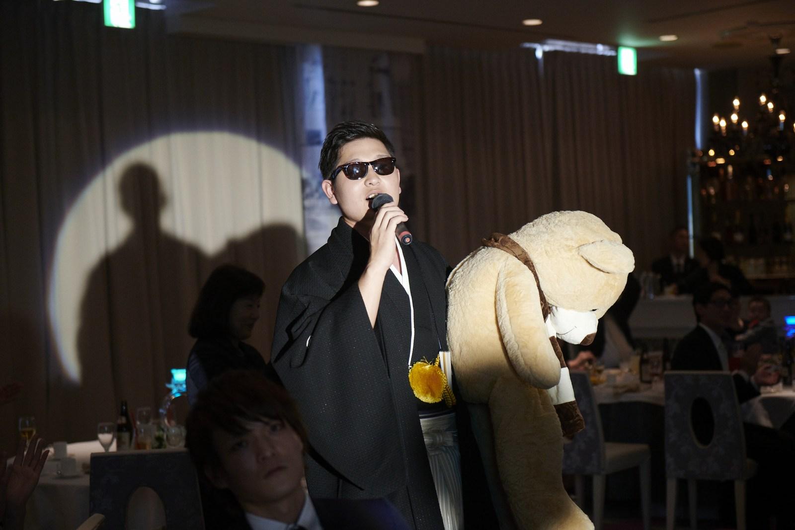 徳島市の結婚式場ブランアンジュで新婦様へのサプライズをしている新郎様