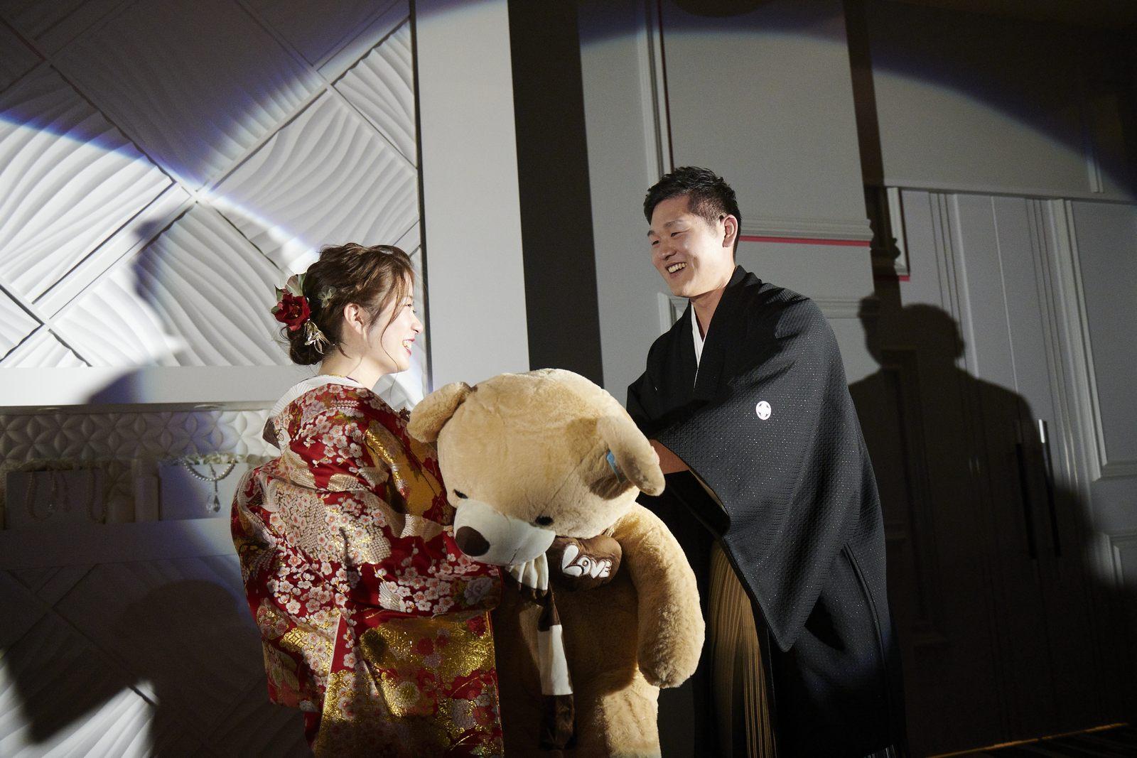 徳島市の結婚式場ブランアンジュで新郎様からサプライズでテディベアをプレゼントされる新婦様