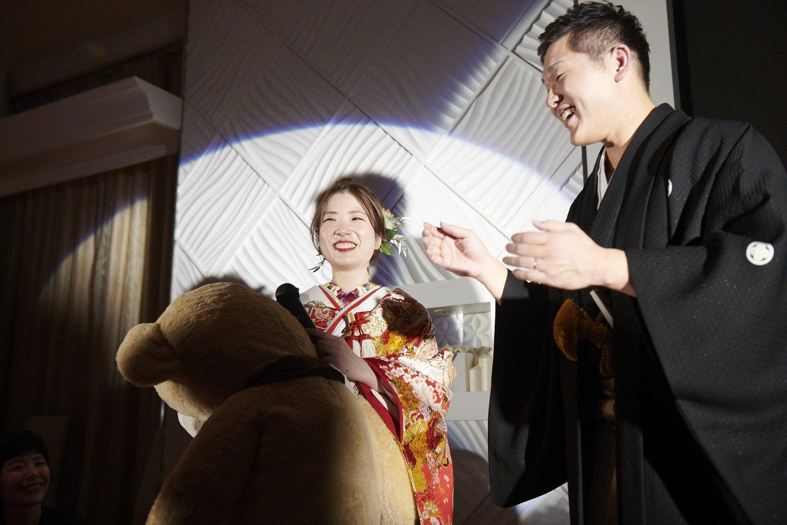 徳島市の結婚式場ブランアンジュで新郎様からプレゼントをもらい嬉しそうにほほえむ新婦様