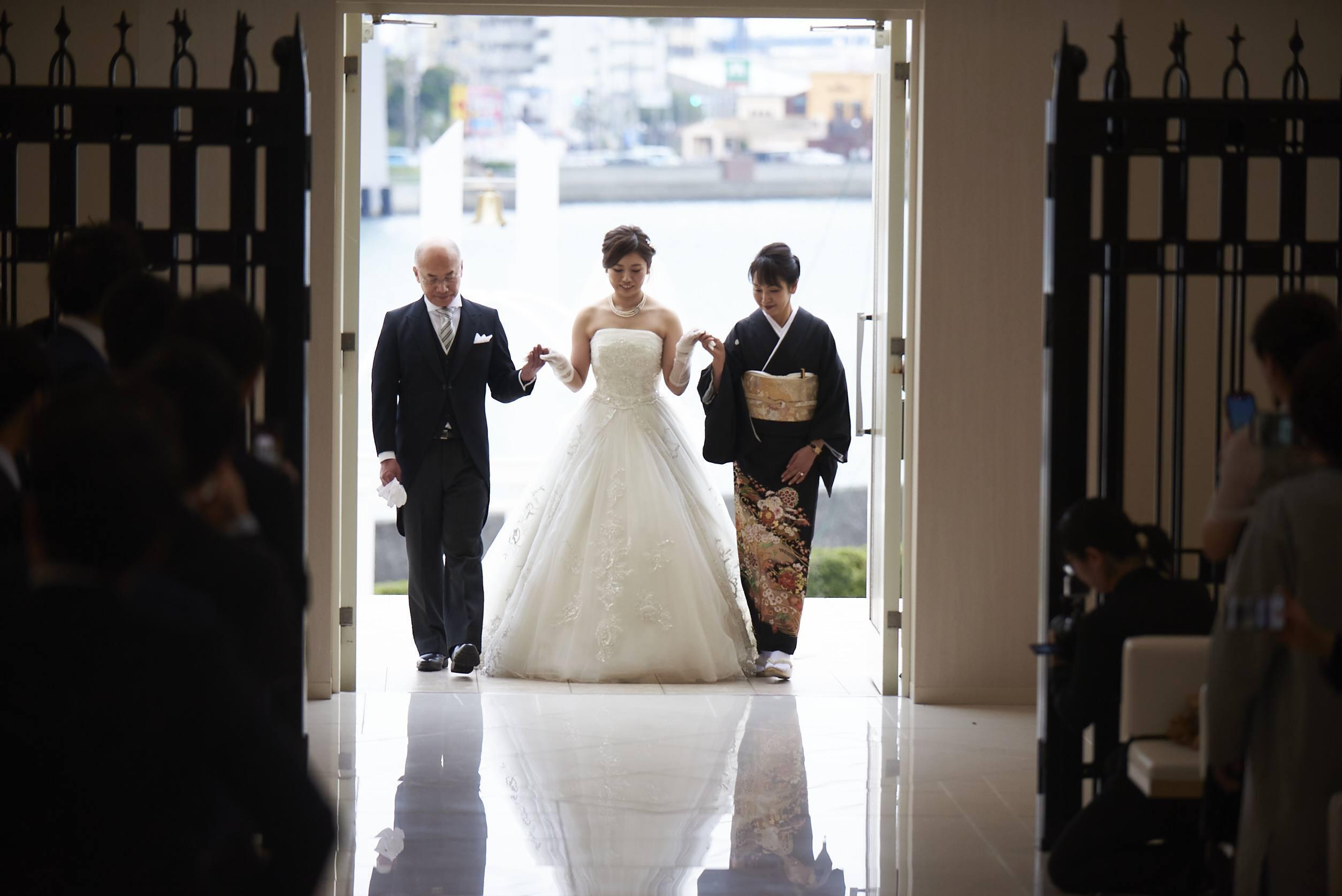 徳島市の結婚式場ブランアンジュで新婦様とご両親様の感動的なご入場