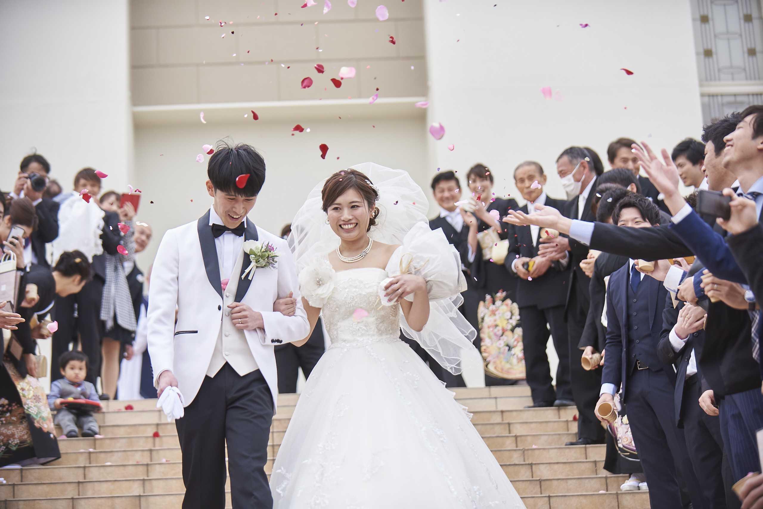 徳島市の結婚式場ブランアンジュの大階段でゲストからフラワーシャワーで祝福される新郎新婦様