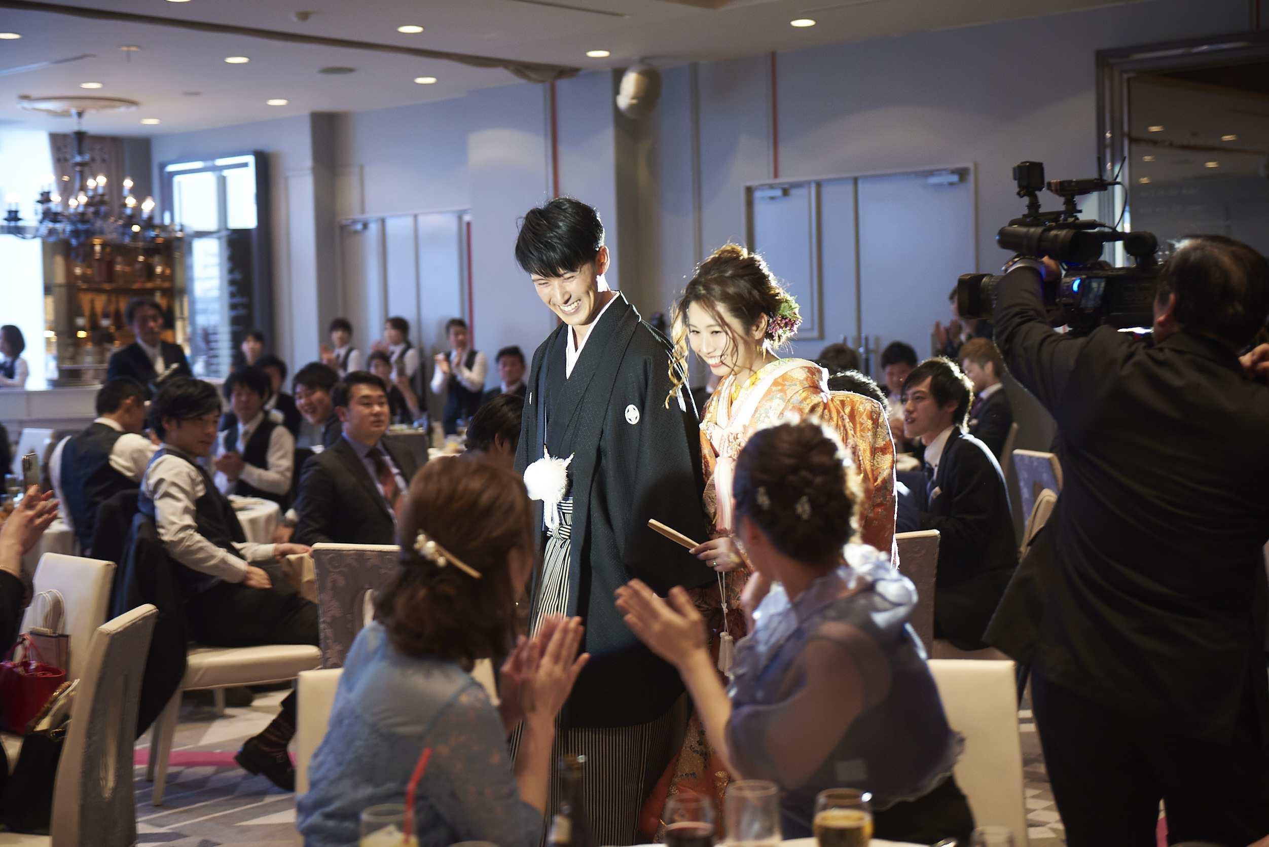 徳島市の結婚式場ブランアンジュで和装姿でお色直し入場する新郎新婦様