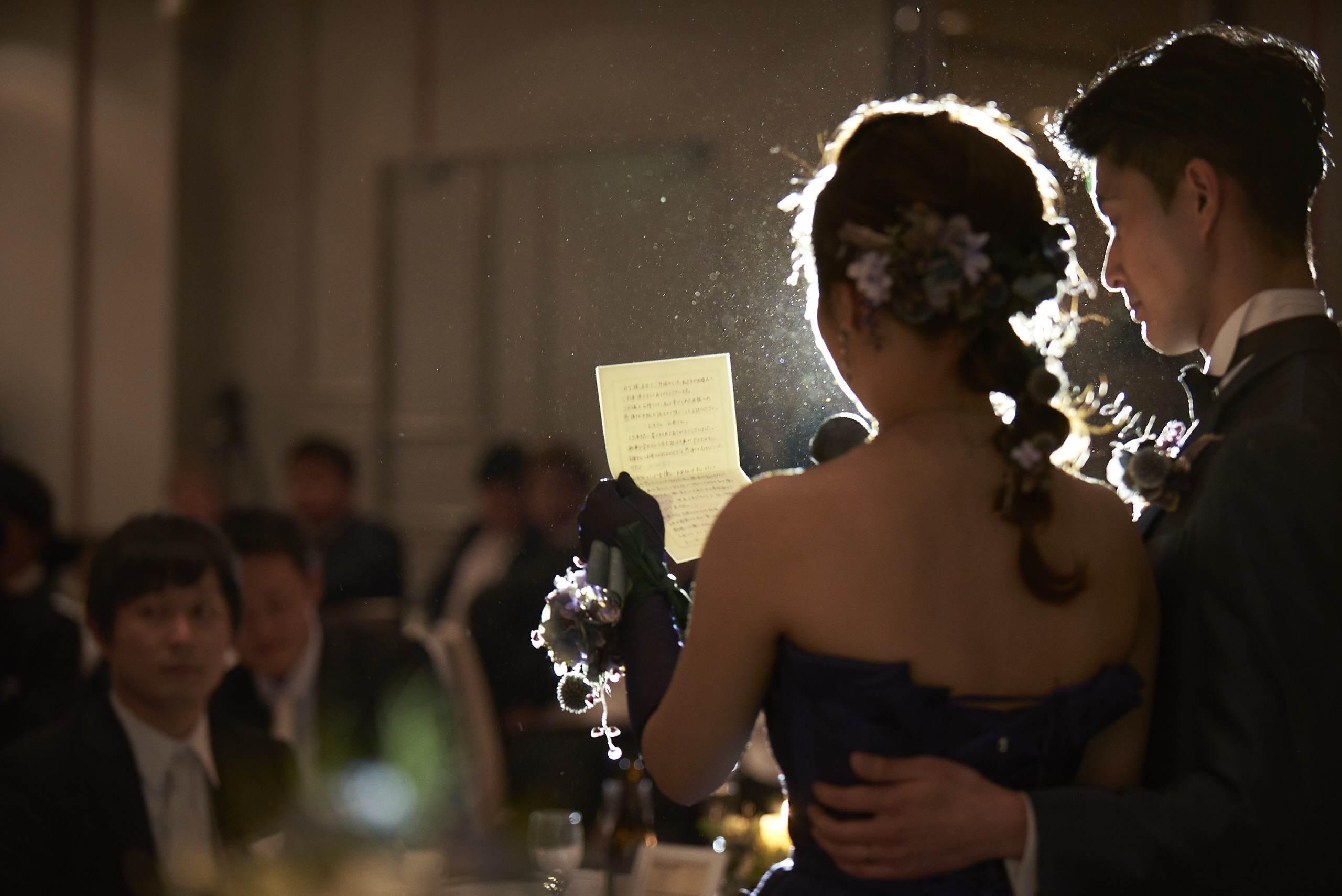 徳島市の結婚式場ブランアンジュで感謝の気持ちがこめられたお手紙を読む新婦様
