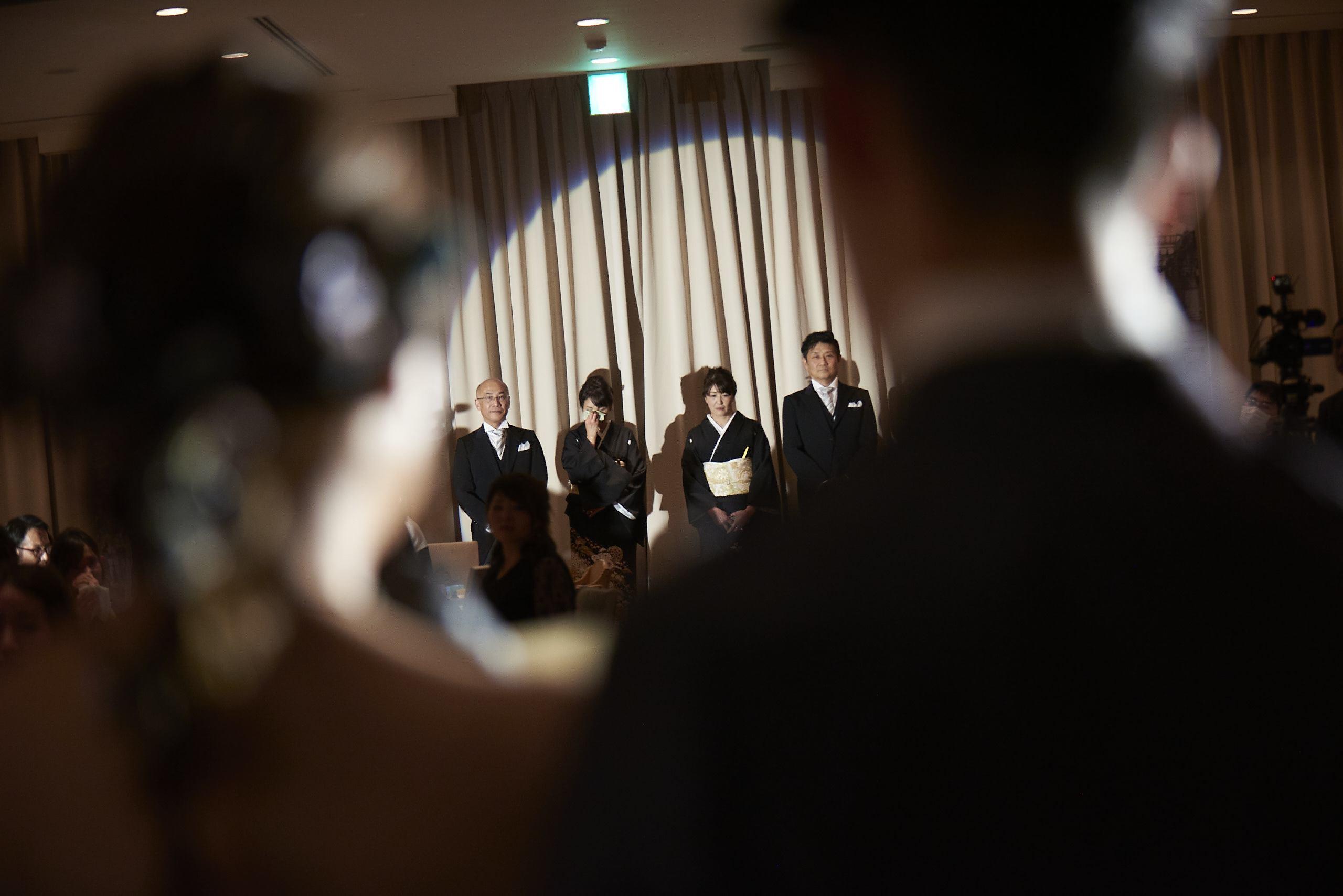 徳島市の結婚式場ブランアンジュで新婦様のお手紙を聞いているご両親様