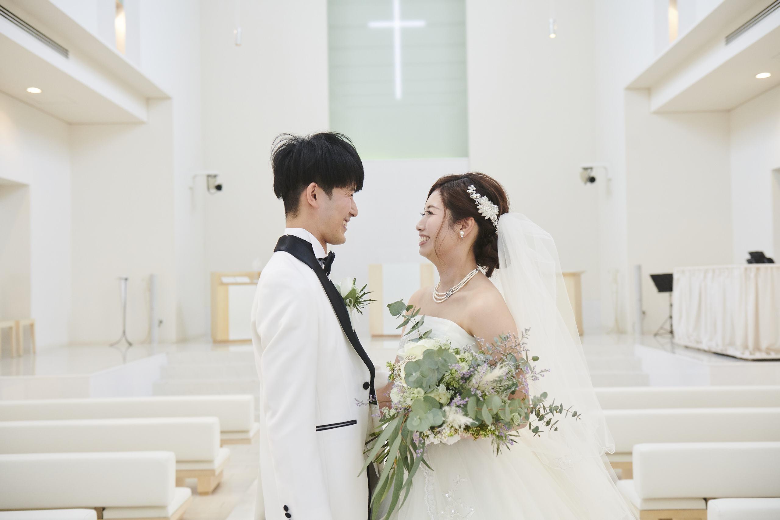 徳島市の結婚式場ブランアンジュでチャペルで見つめ合う新郎新婦
