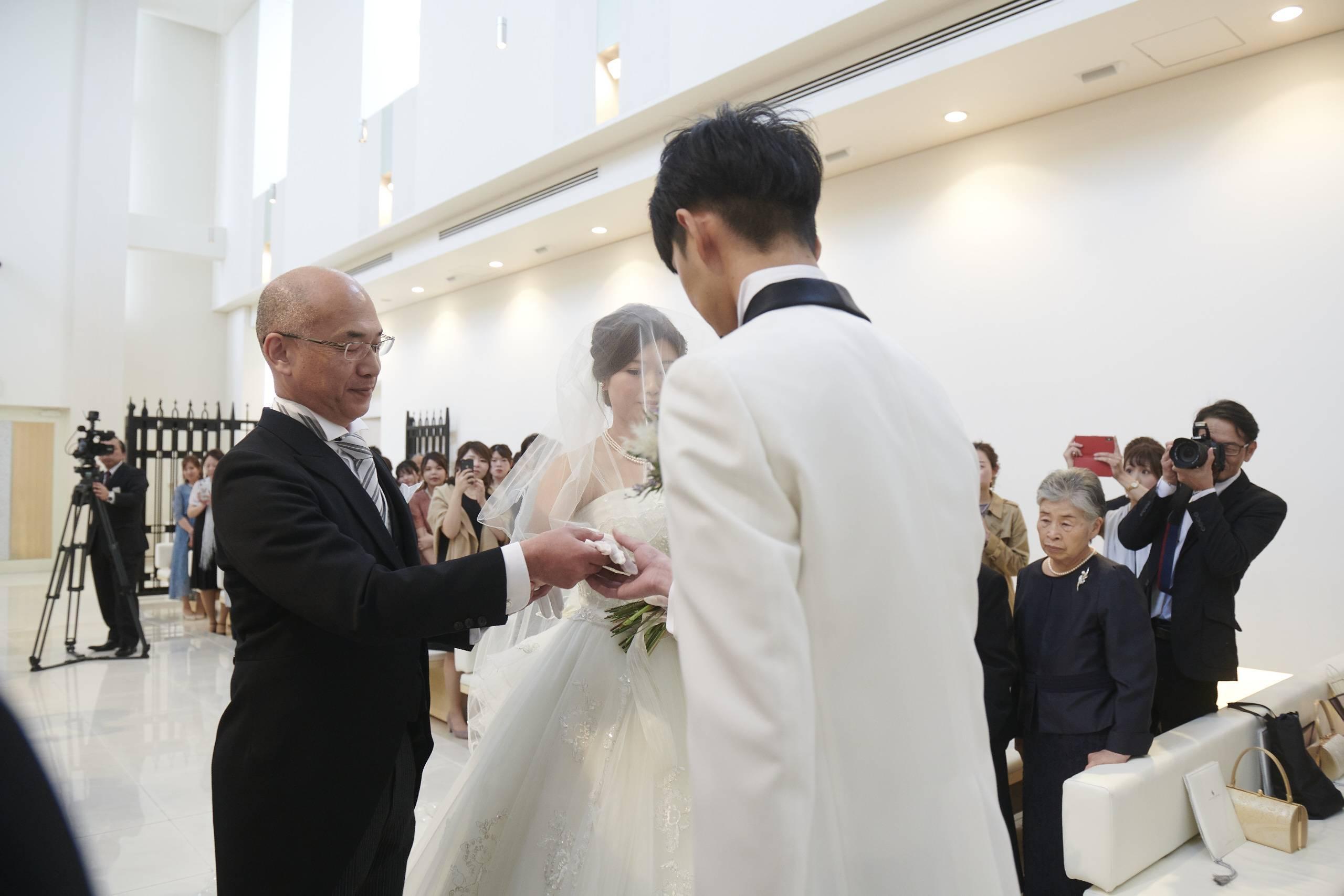 徳島市の結婚式場ブランアンジュで新婦お父様から新郎様へバトンタッチ