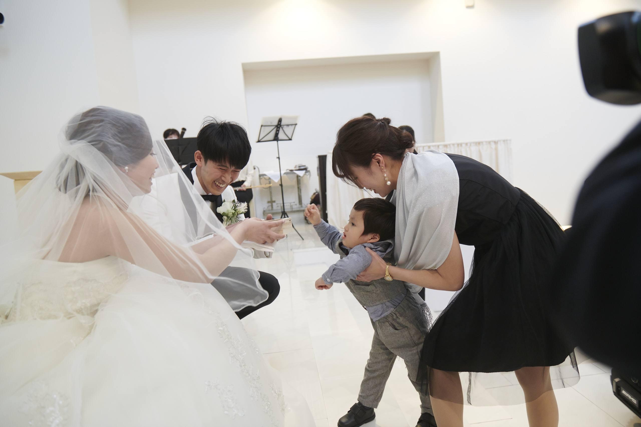 徳島市の結婚式場ブランアンジュで新郎新婦様へ指輪を渡すリングボーイ
