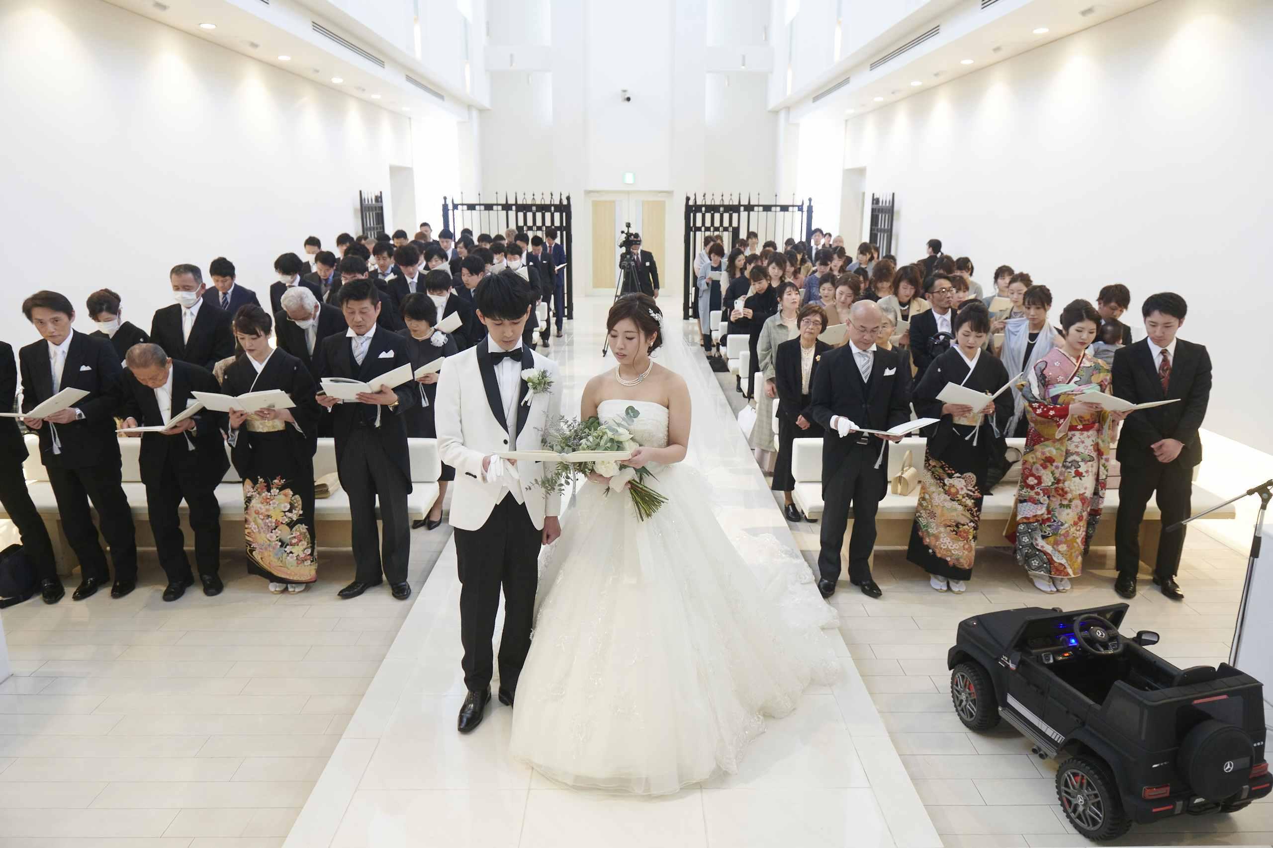 徳島市の結婚式場ブランアンジュでチャペル挙式で聖歌を歌う新郎新婦とゲスト