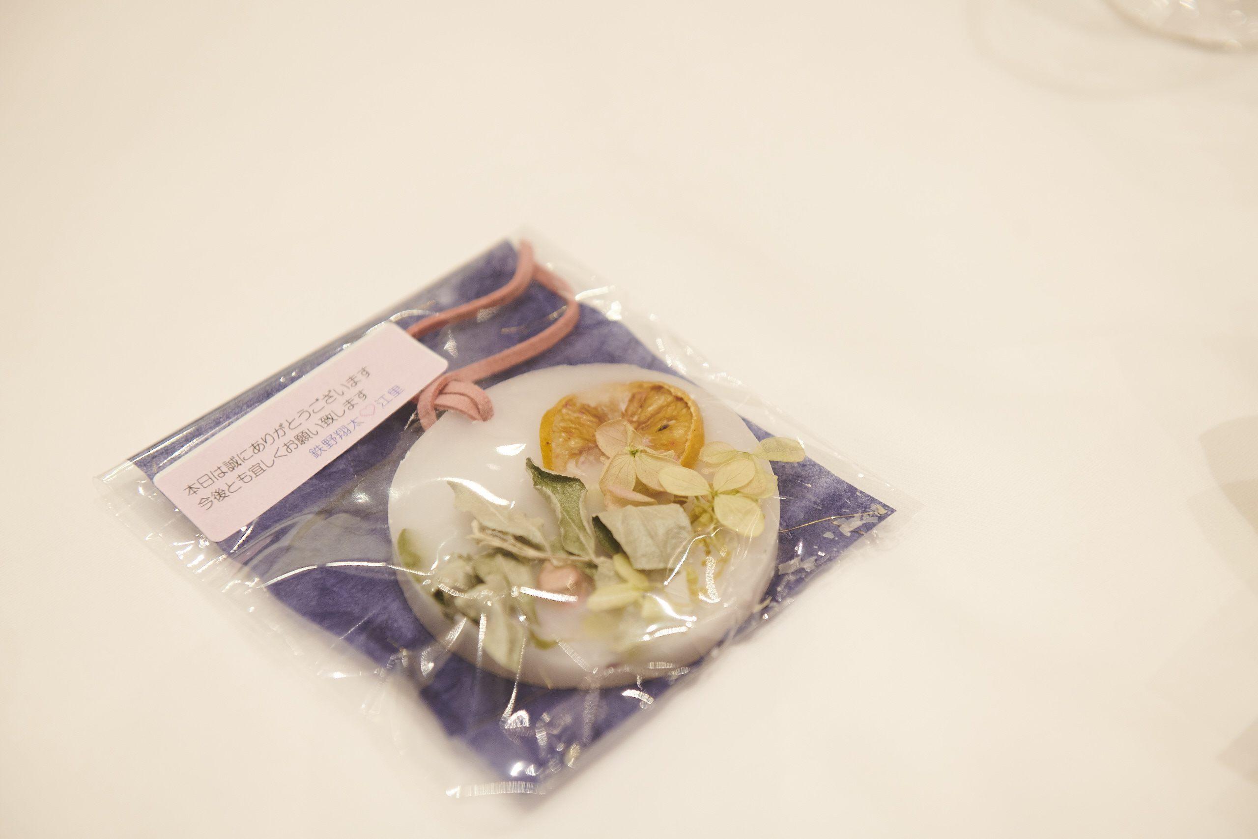 徳島県の結婚式場ブランアンジュで新婦お母様と妹様が手作りされた アロマワックスバーのプレゼントが