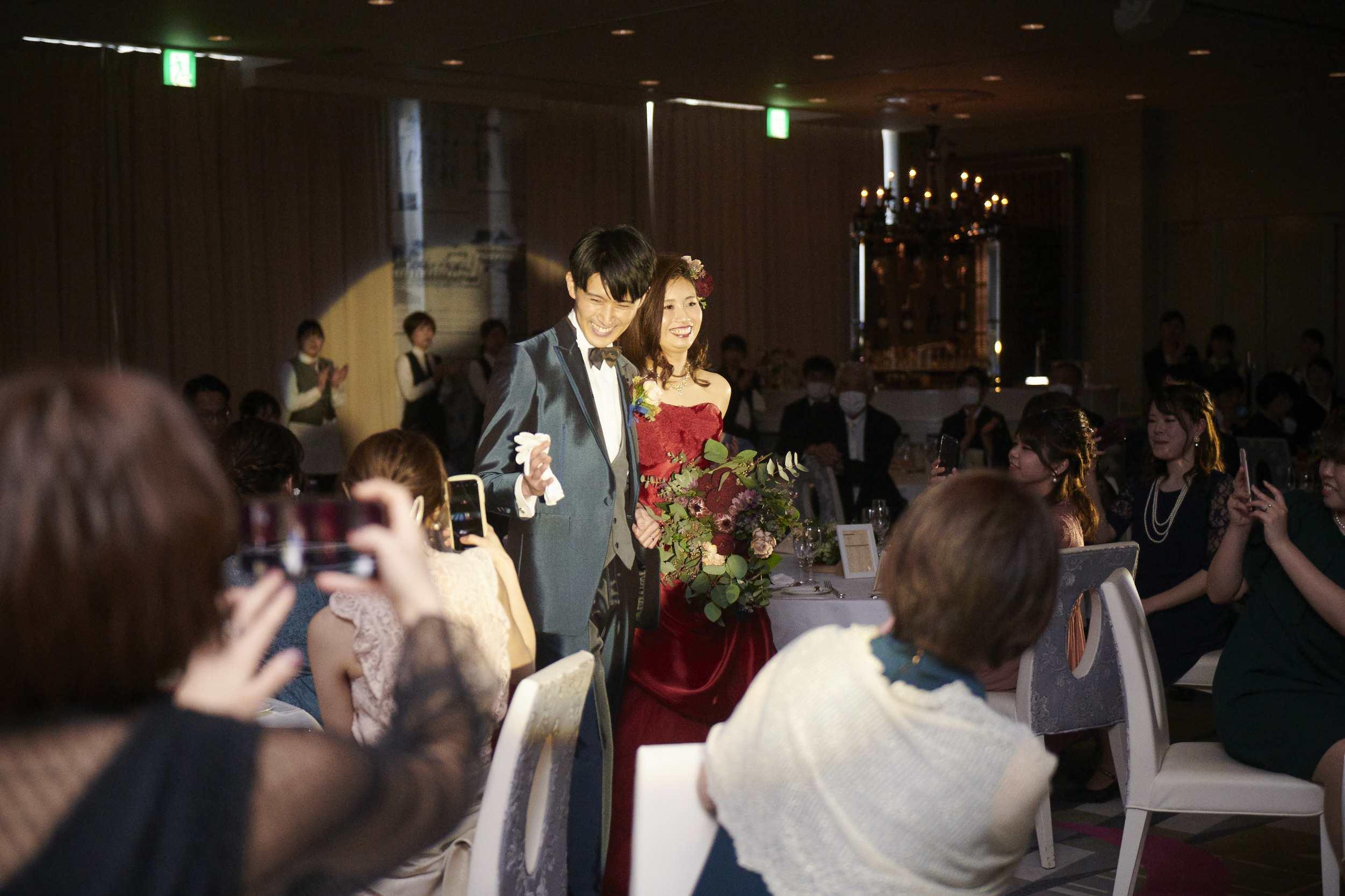 徳島市の結婚式場ブランアンジュで新郎新婦様の入場に盛り上がる会場