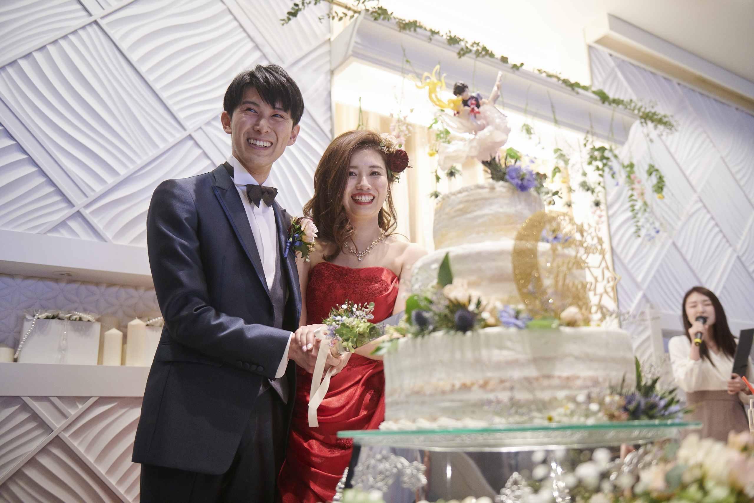 徳島市の結婚式場ブランアンジュでウエディングケーキ入刀する新郎新婦様
