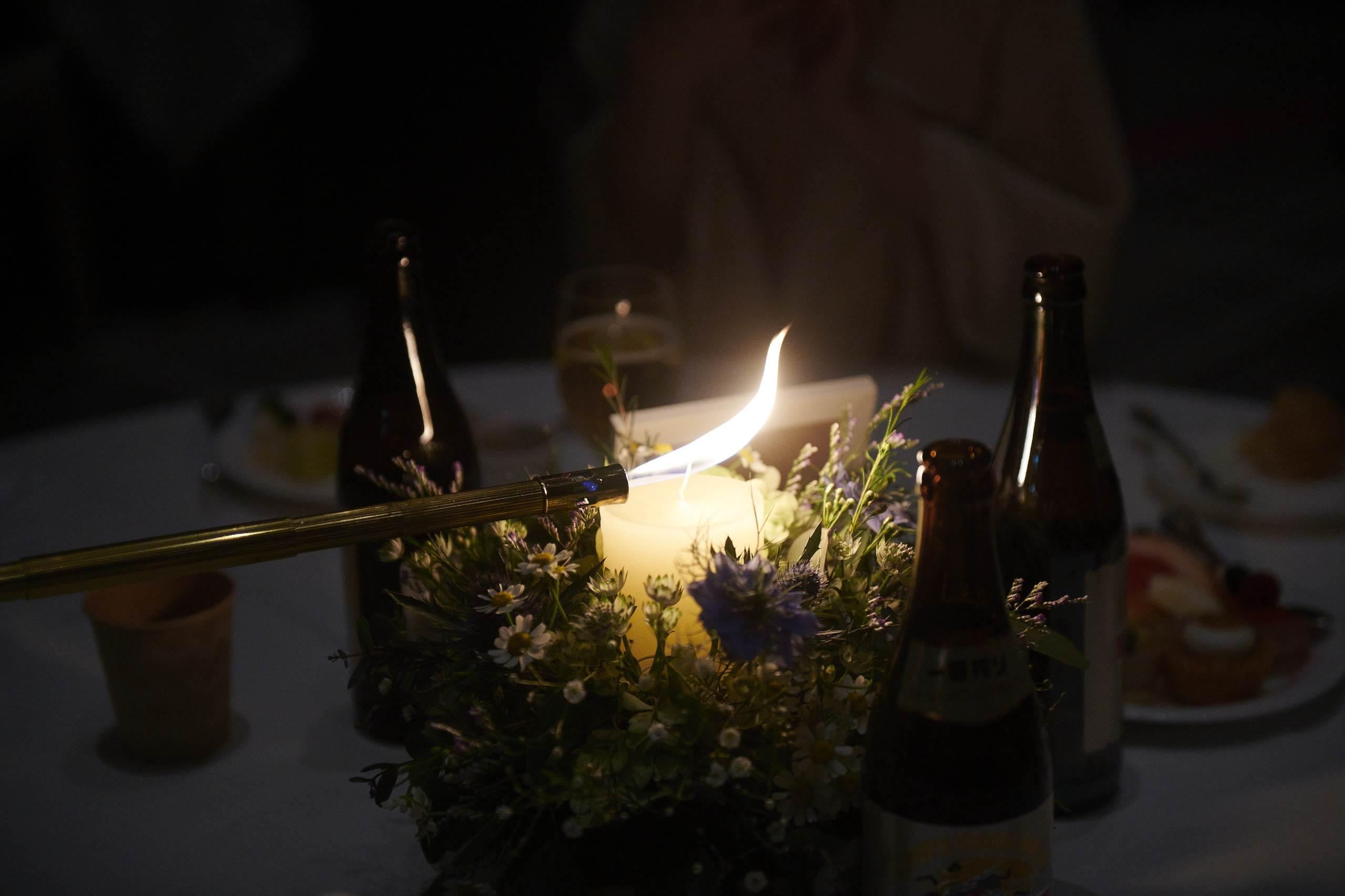 徳島市の結婚式場ブランアンジュでゲストテーブルのキャンドルに火が灯る瞬間