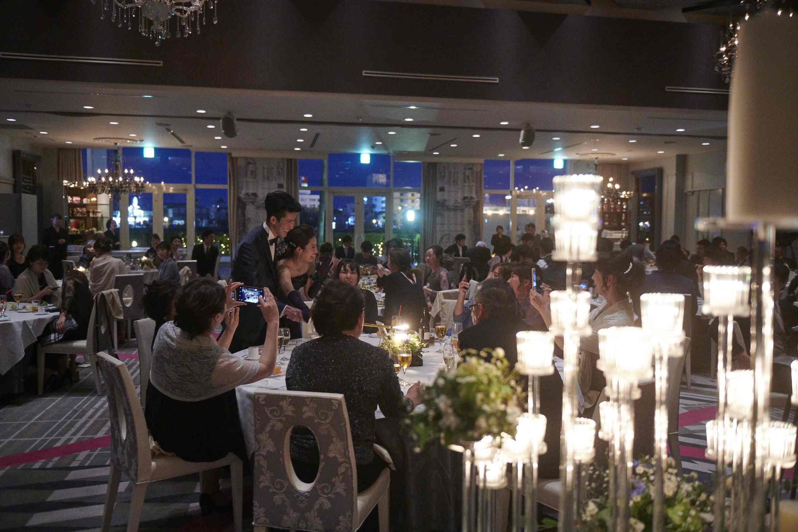 徳島市の結婚式場ブランアンジュでキャンドルサービスを行う新郎新婦様