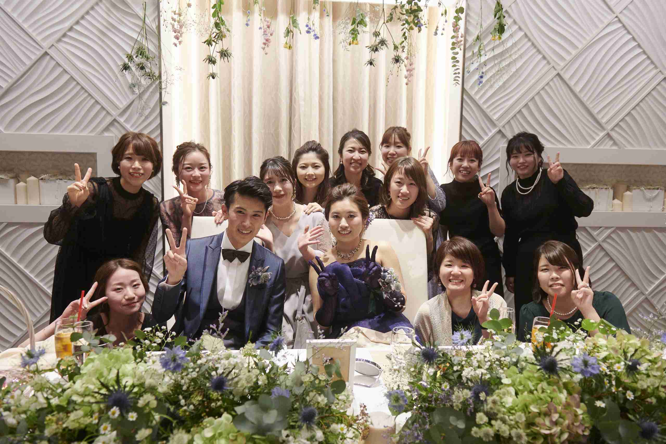 徳島市の結婚式場ブランアンジュでゲストと記念写真を撮影している新郎新婦様
