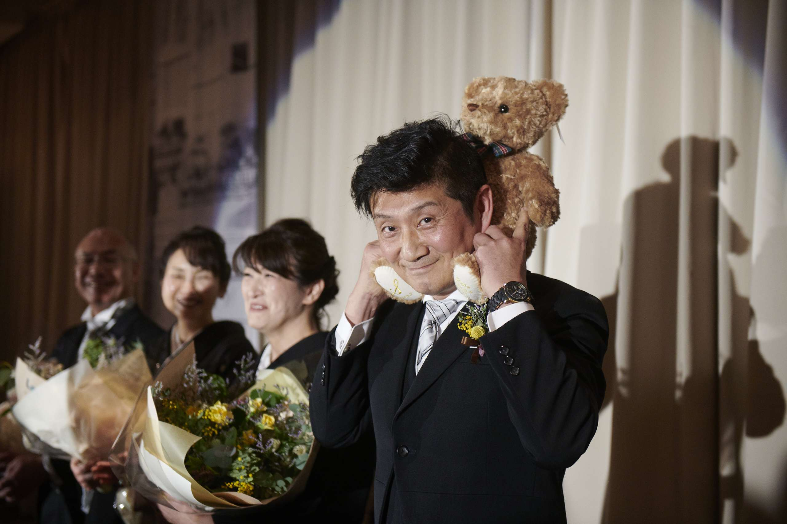 徳島氏の結婚式場ブランアンジュでウエイトベアを嬉しそうに持つお父様