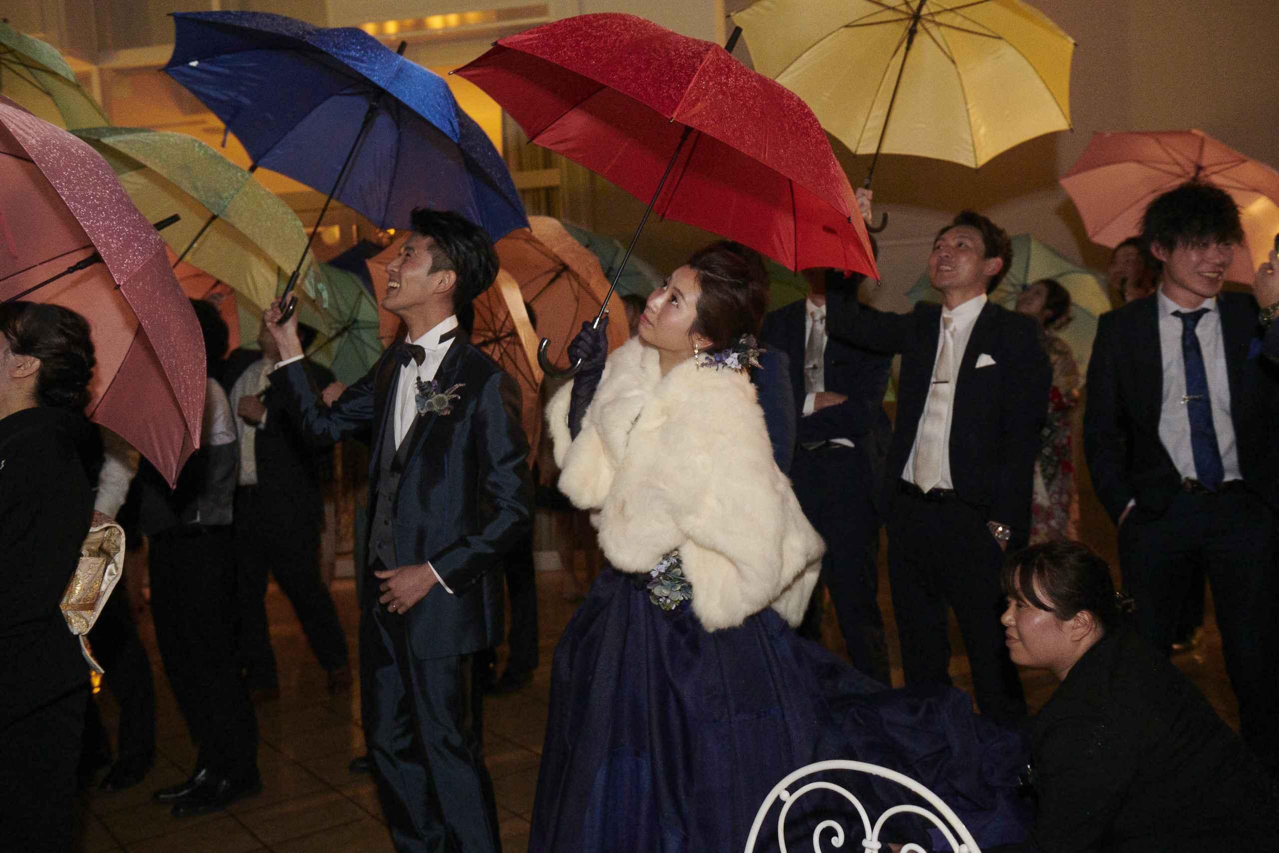 徳島市の結婚式場ブランアンジュで傘をさして花火を見る新郎新婦様とゲスト様