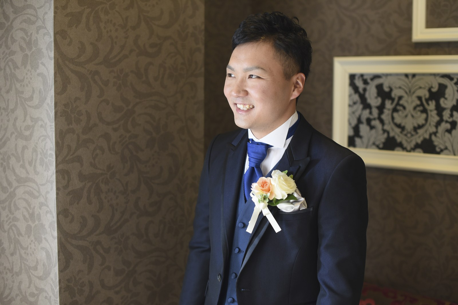徳島市の結婚式場ブランアンジュで控室で挙式を待つ新郎様