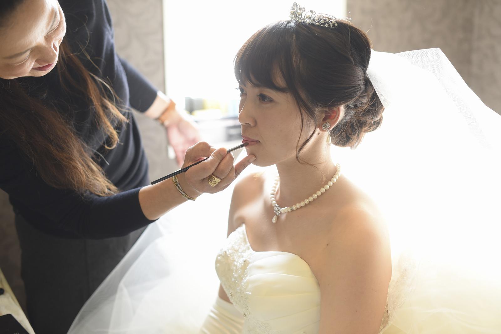 徳島市の結婚式場ブランアンジュで控室でメイクしている新婦様