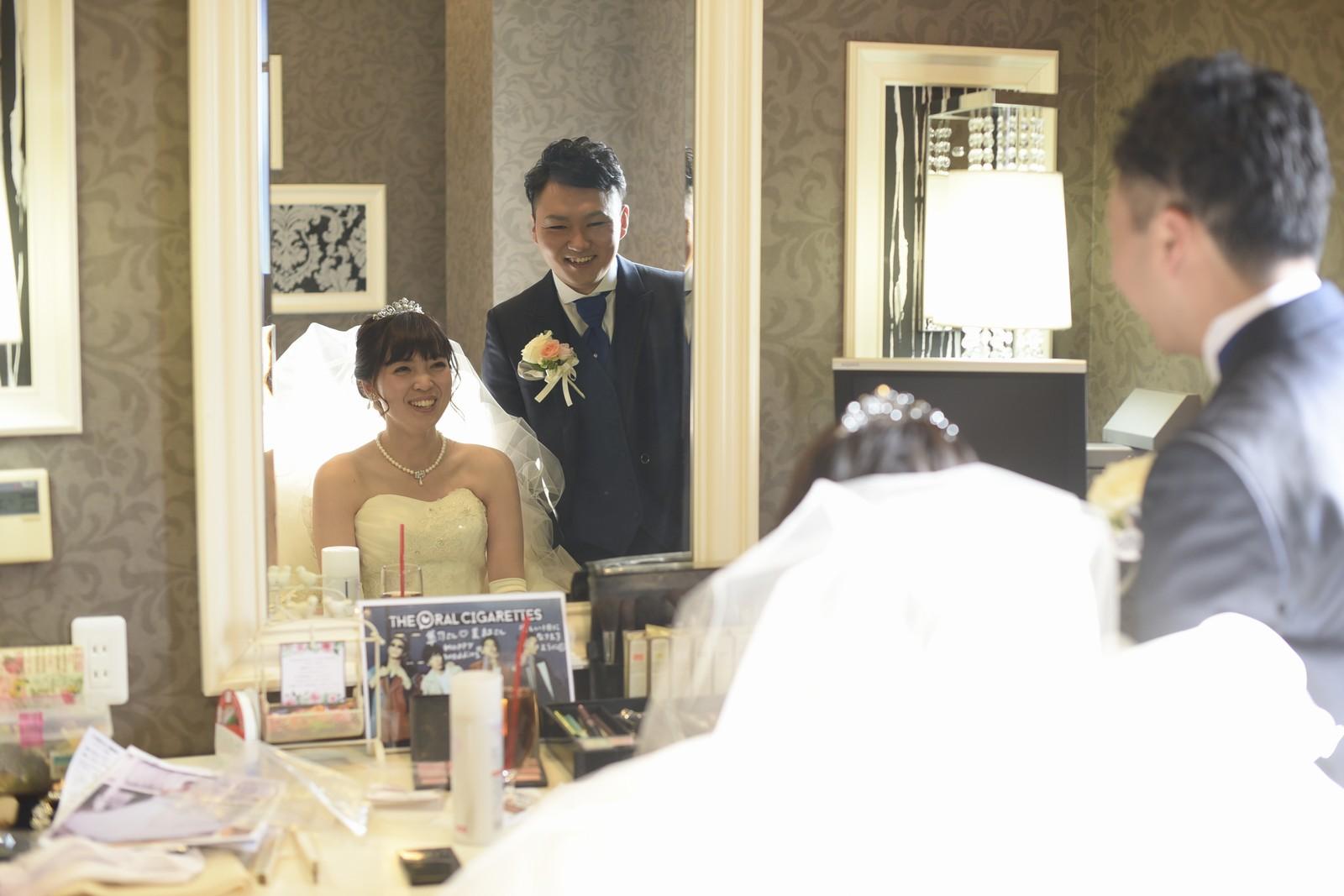 徳島市の結婚式場ブランアンジュで控室で話す新郎新婦様