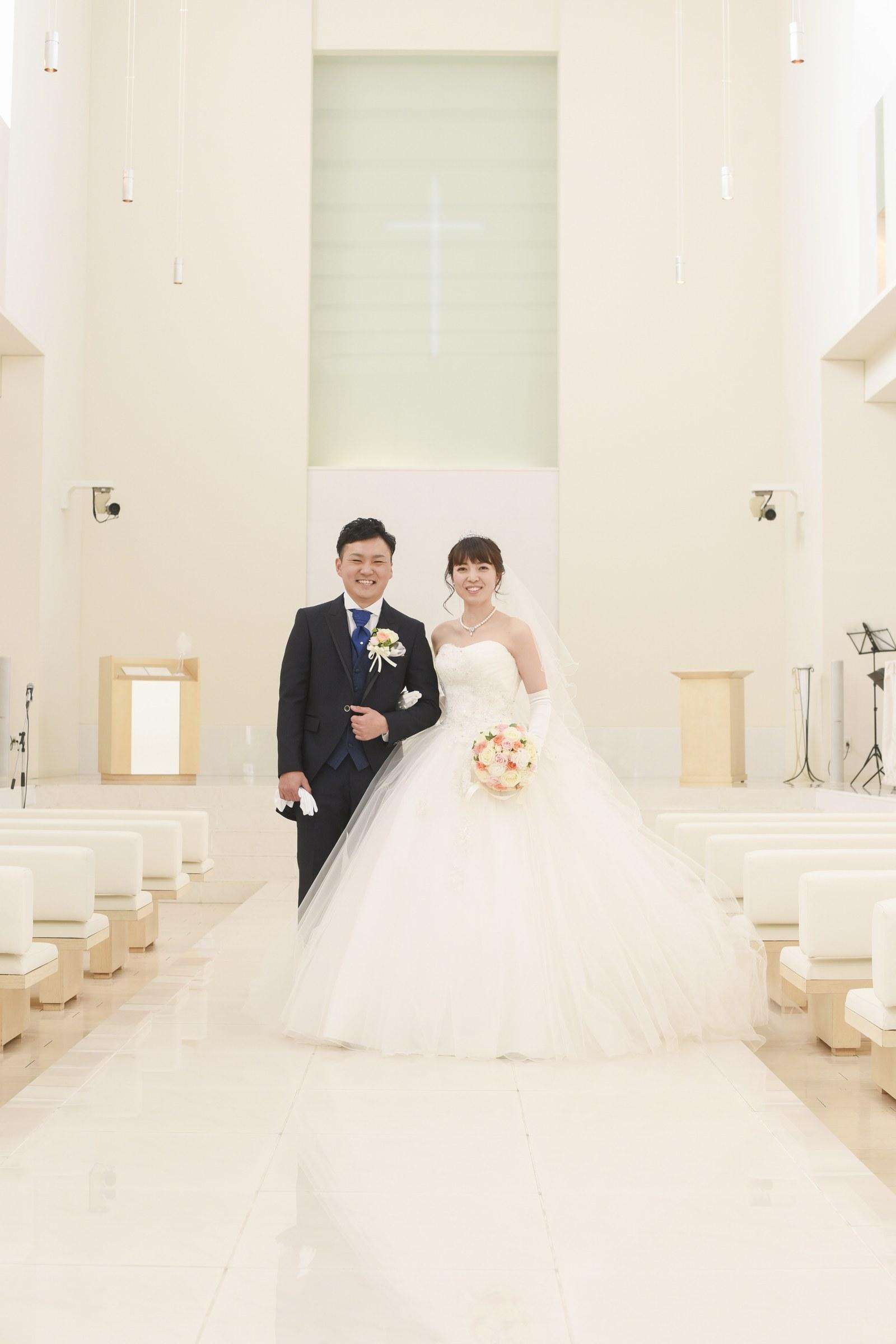 徳島市の結婚式場ブランアンジュで挙式前にチャペルにて記念写真