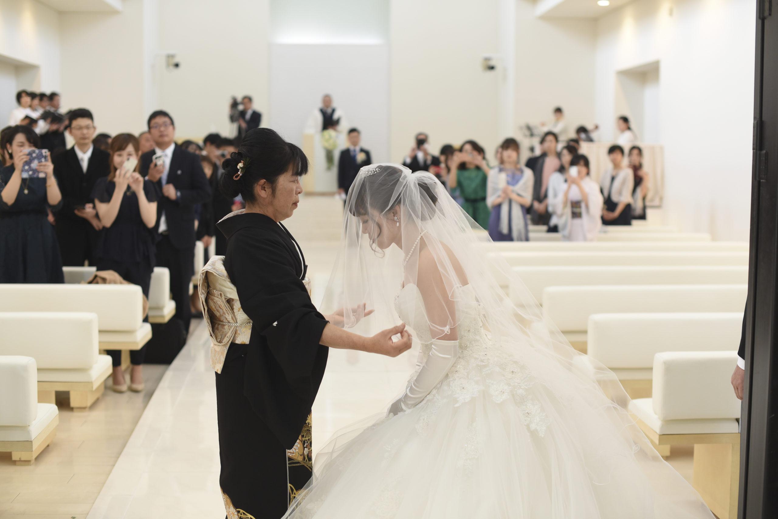 徳島市の結婚式場ブランアンジュでお母様にベールダウンされる新婦様