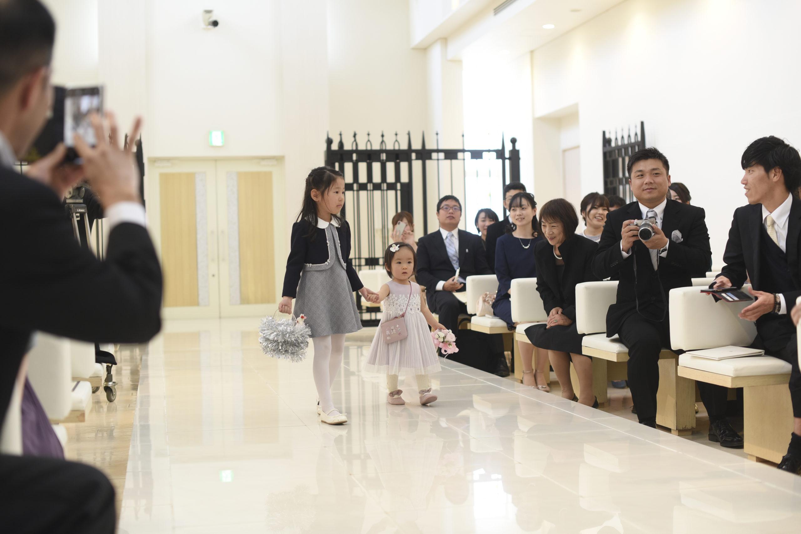 徳島市の結婚式場ブランアンジュでマリッジリングを運ぶかわいらしいリングガール