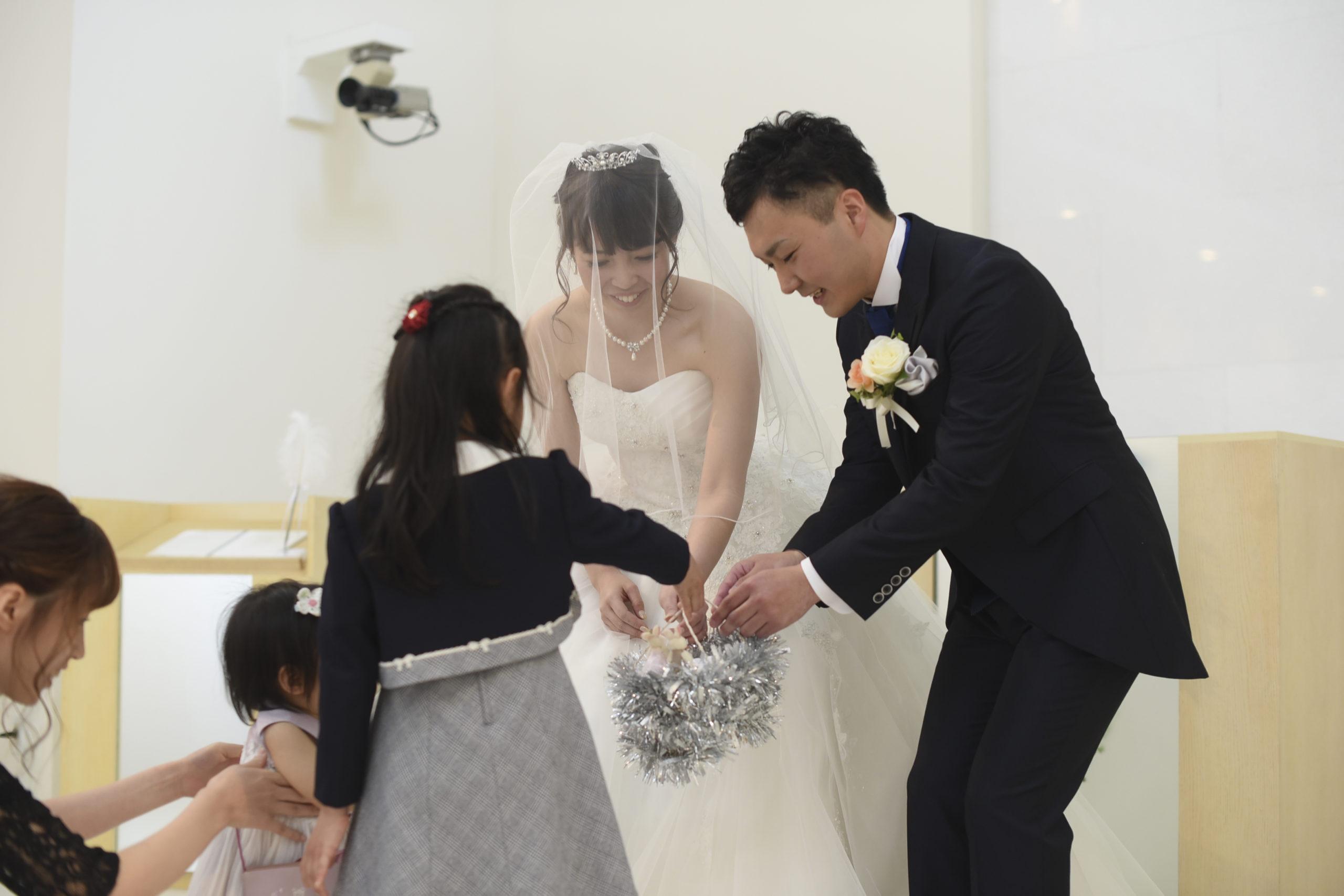 徳島市の結婚式場ブランアンジュでリングガールから指輪を受け取る新郎新婦様
