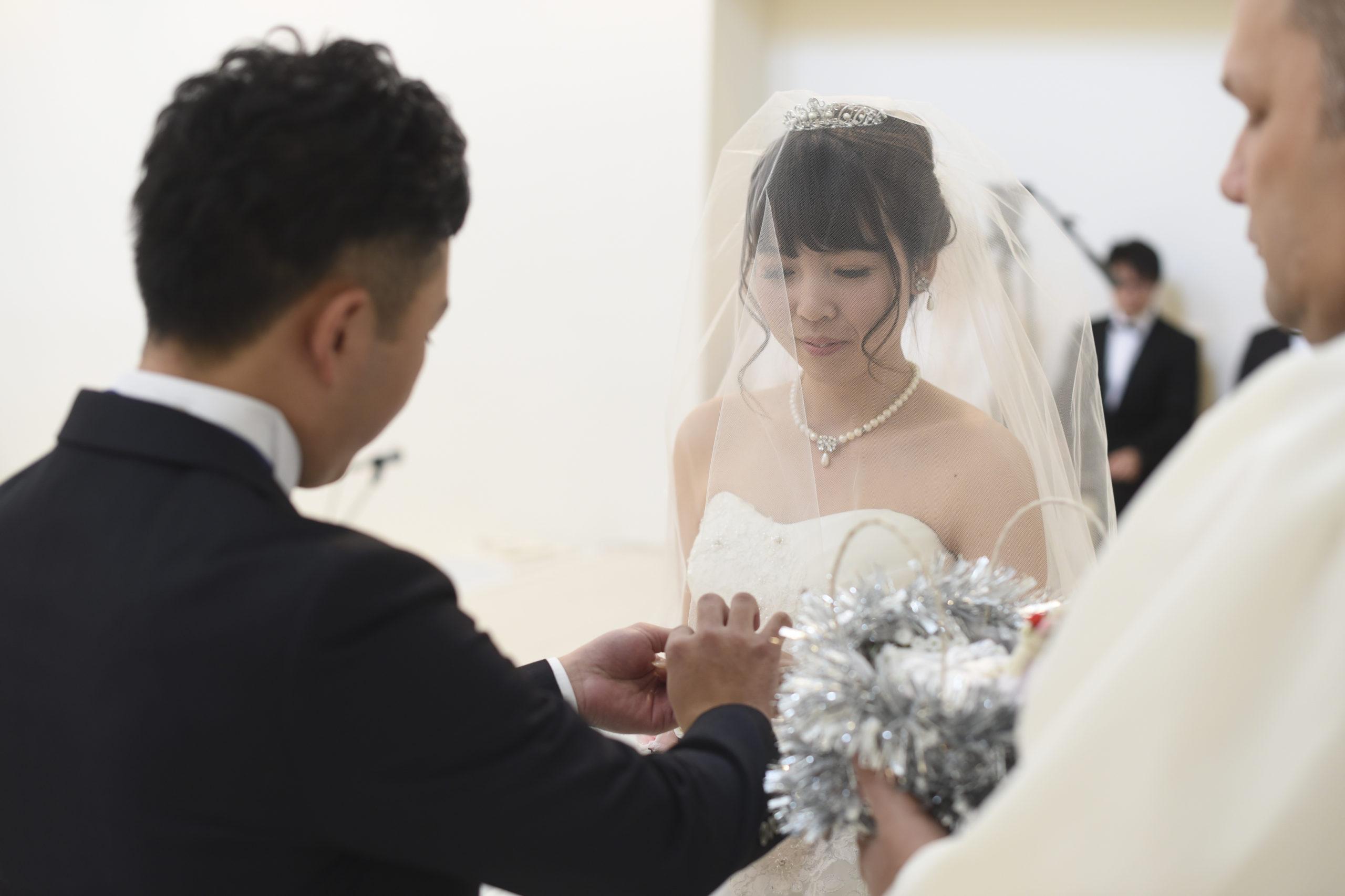 徳島市の結婚式場ブランアンジュで指輪の交換を行う新郎新婦様