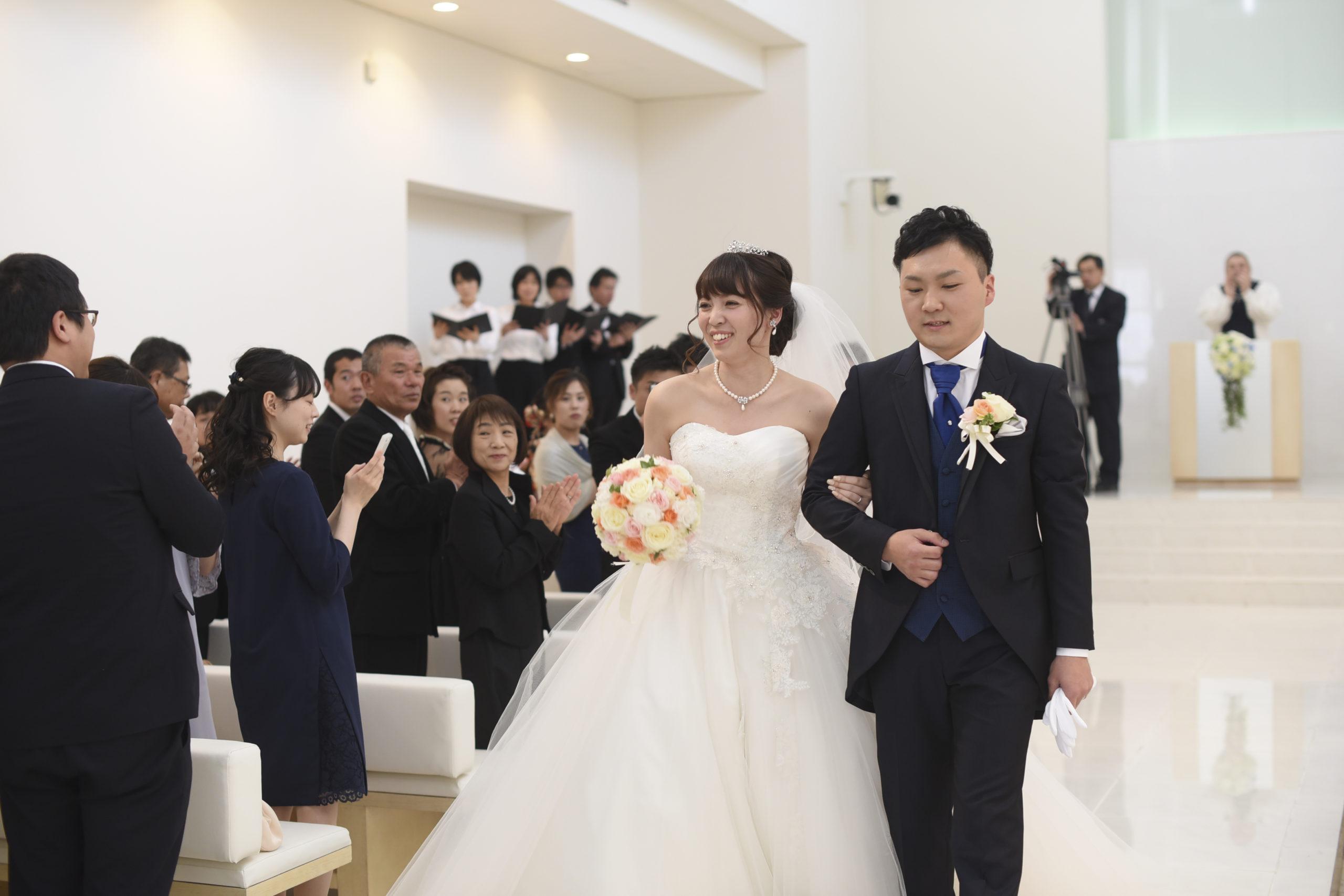 徳島市の結婚式場ブランアンジュでゲスト様から祝福をうけながら退場する新郎新婦様