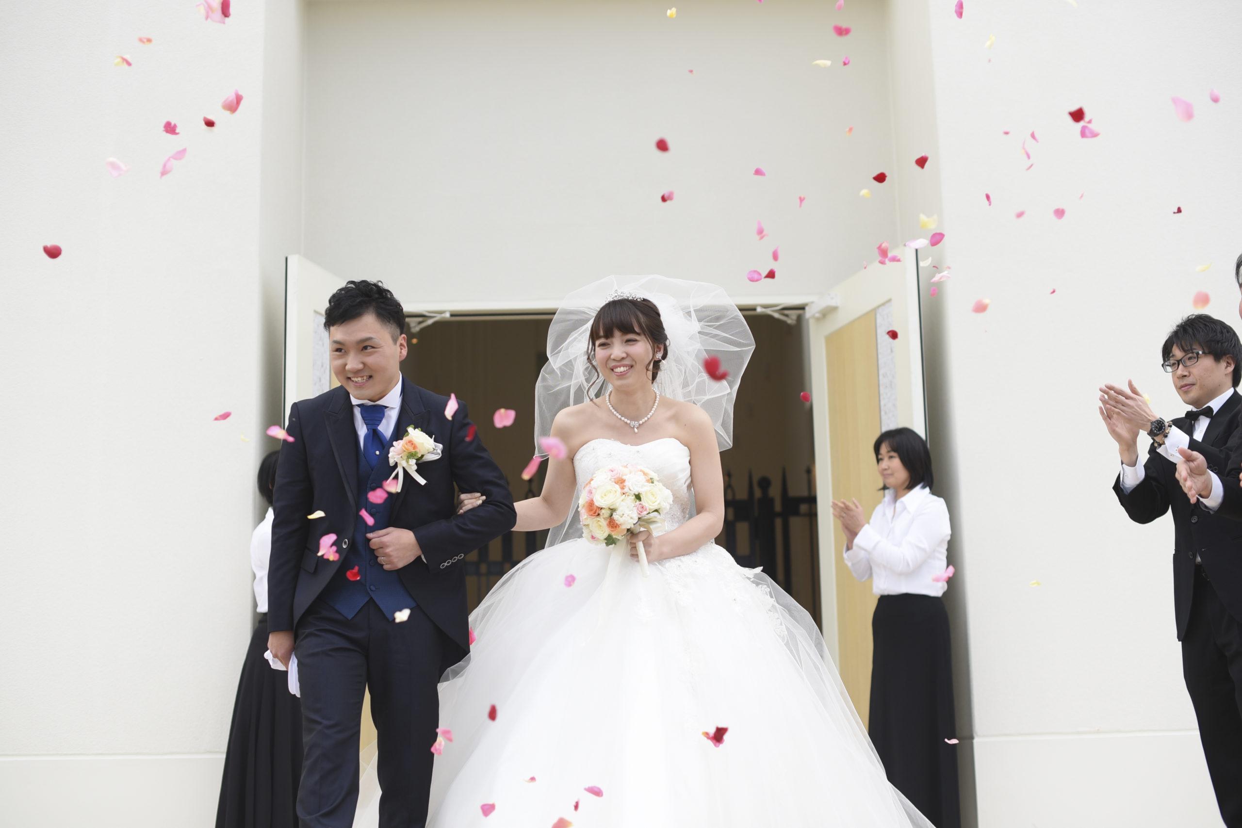 徳島市の結婚式場ブランアンジュの大階段でフラワーシャワーを行う幸せいっぱいの新郎新婦様