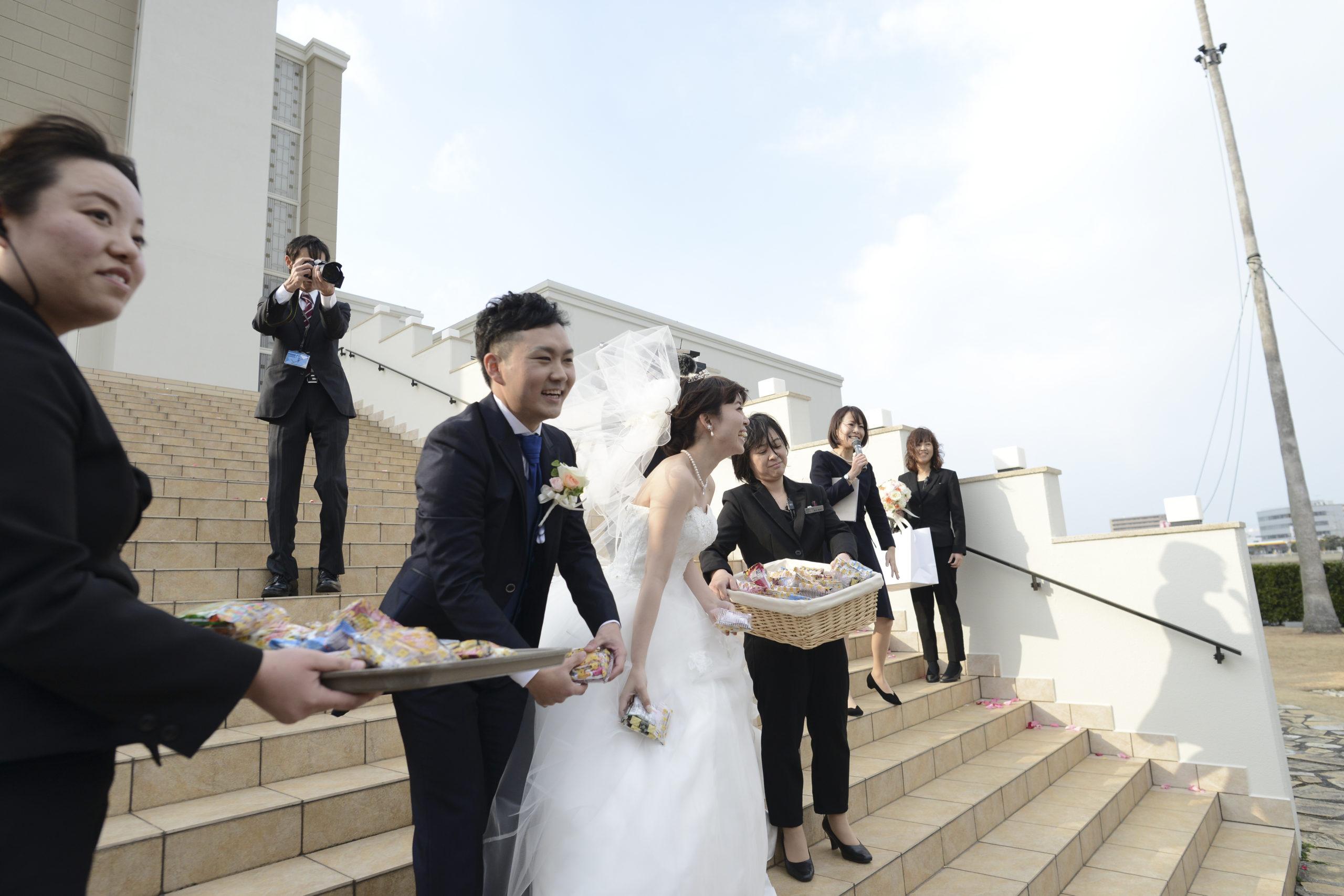 徳島市の結婚式場ブランアンジュでゲストにお菓子投げをする新郎新婦様