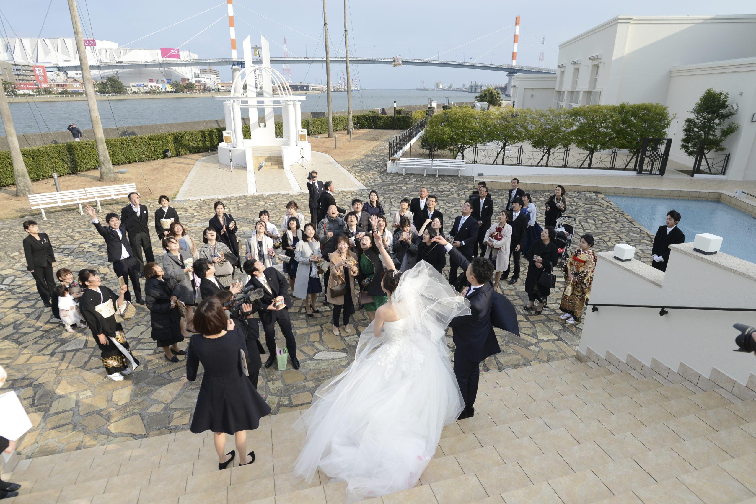 徳島市の結婚式場ブランアンジュの大階段でアフターセレモニーをする新郎新婦様とゲスト様