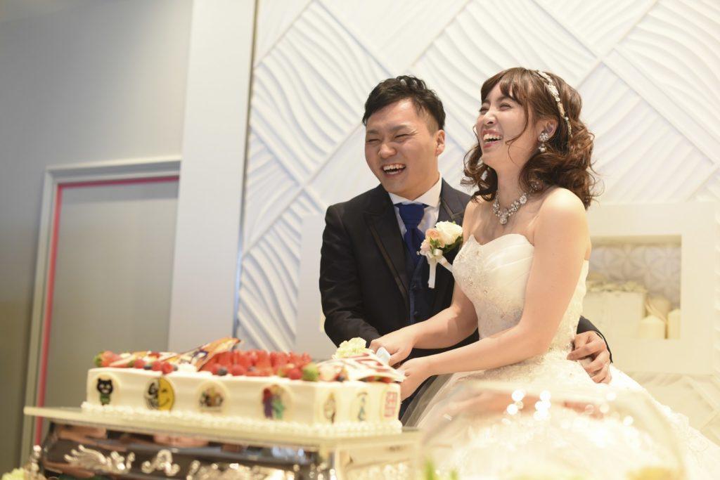 徳島市の結婚式場ブランアンジュでお幸せそうな笑顔でウエディングケーキ入刀している新郎新婦様