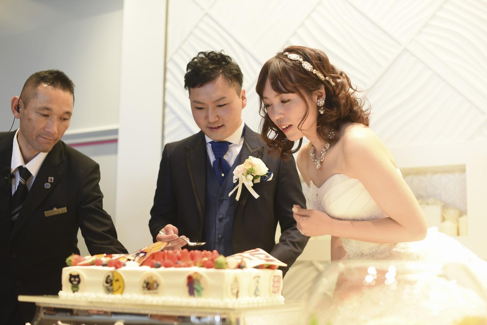 徳島市の結婚式場ブランアンジュでファーストバイトの準備をしている新郎新婦様