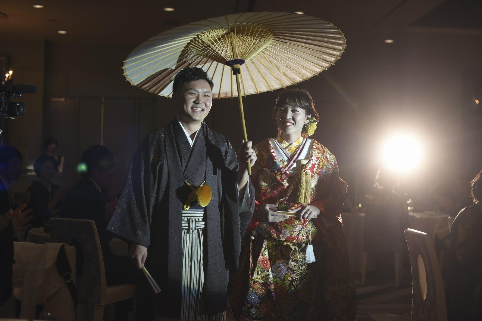 徳島市の結婚式場ブランアンジュで和装で番傘を持ちお色直し入場する新郎新婦様
