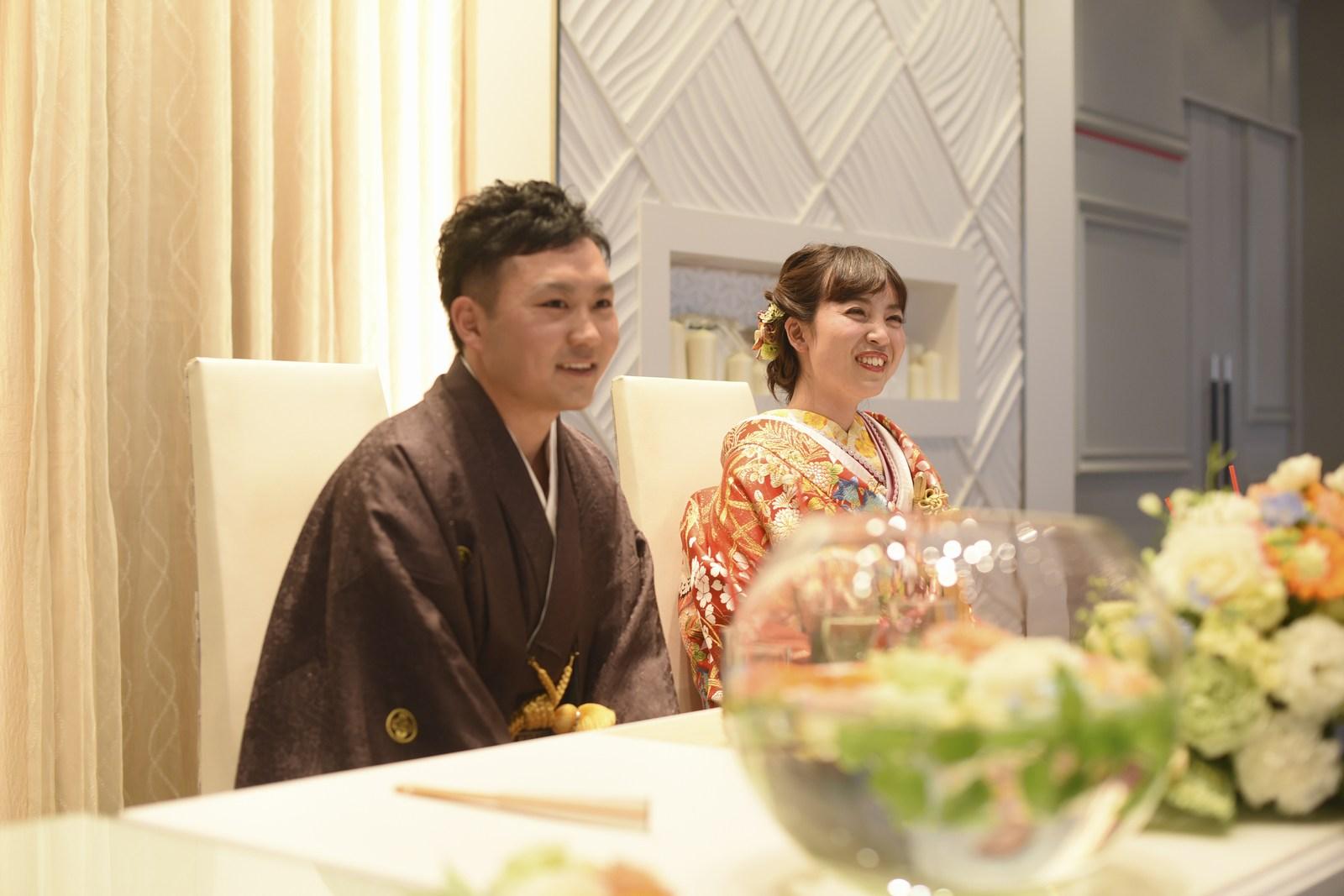 徳島市の結婚式場ブランアンジュでメインテーブルで和やかにほほえむ新郎新婦様