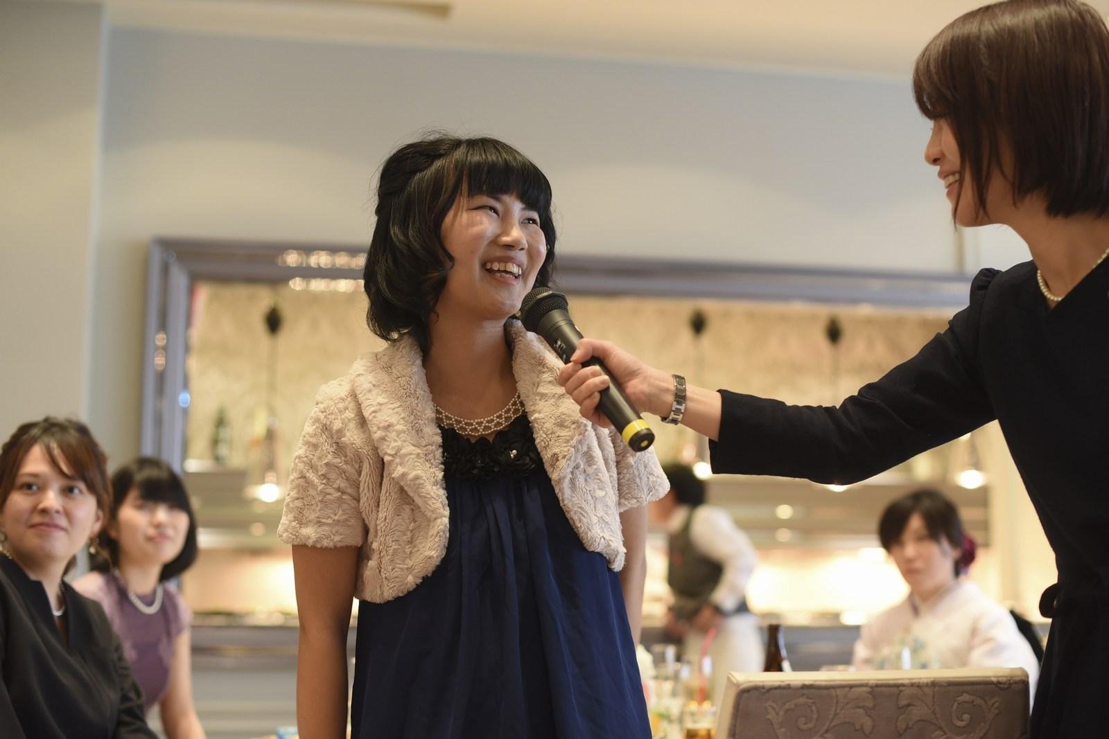 徳島市の結婚式場ブランアンジュでテーブルスピーチをしているゲスト様