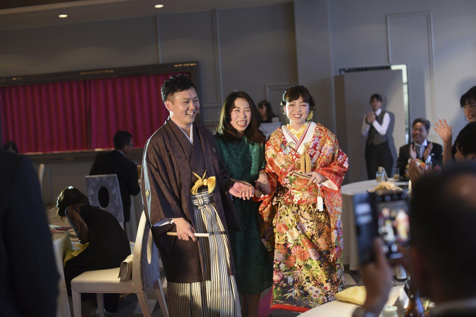 徳島市の結婚式場ブランアンジュでゲスト様と一緒に退場される新郎新婦様