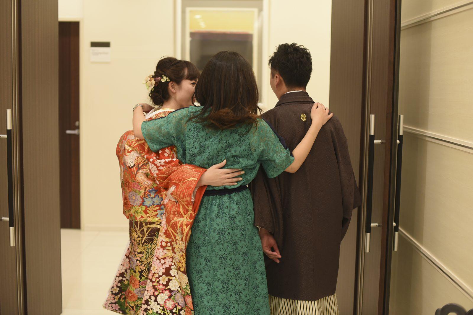 徳島市の結婚式場ブランアンジュで退場しながらほっとした様子の新郎新婦様