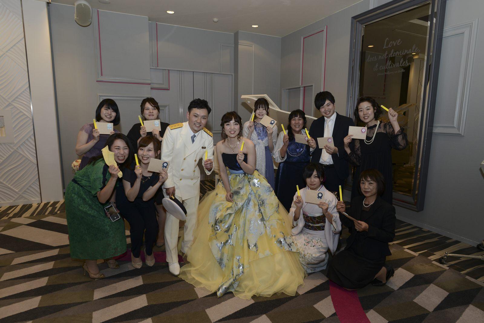 徳島市の結婚式場ブランアンジュでプレゼントをもらったゲスト様と記念写真