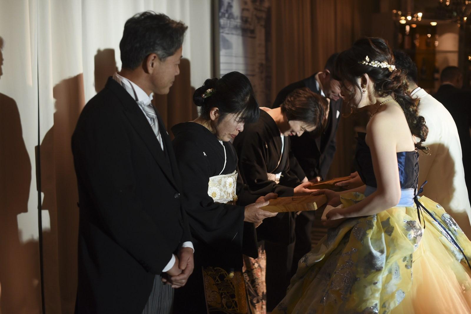 徳島市の結婚式場ブランアンジュで感謝の記念品贈呈をする新郎新婦様