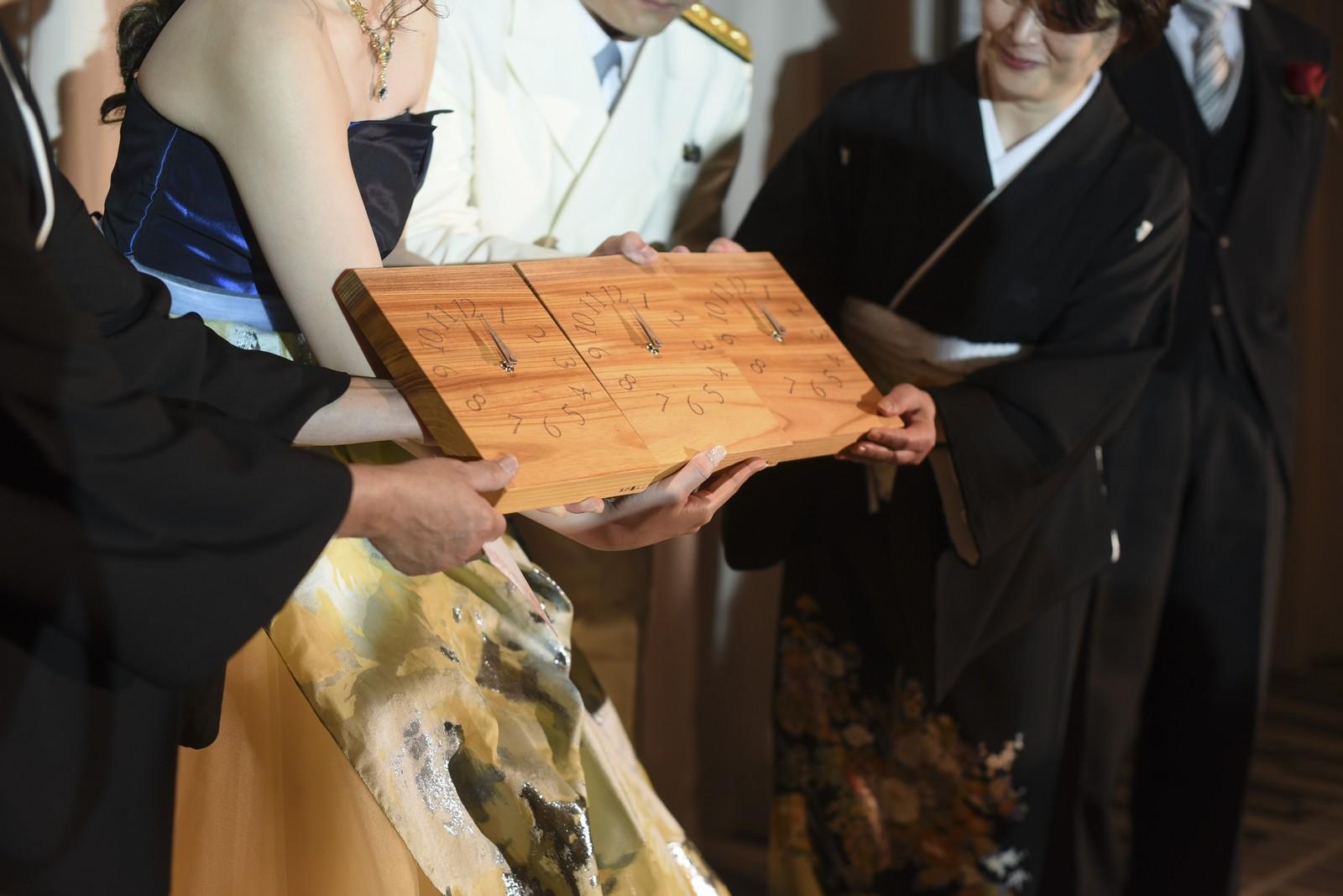 徳島市の結婚式場ブランアンジュで一つの木から作られた3連時計を披露する新しいご家族