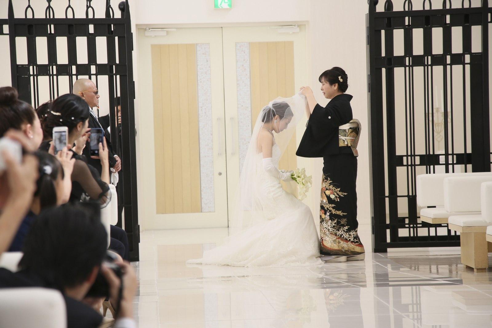 徳島市の結婚式場ブランアンジュのチャペルで新婦母によるベールダウン